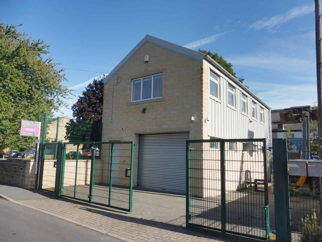 Office To Let in Brighouse - Photograph 1.