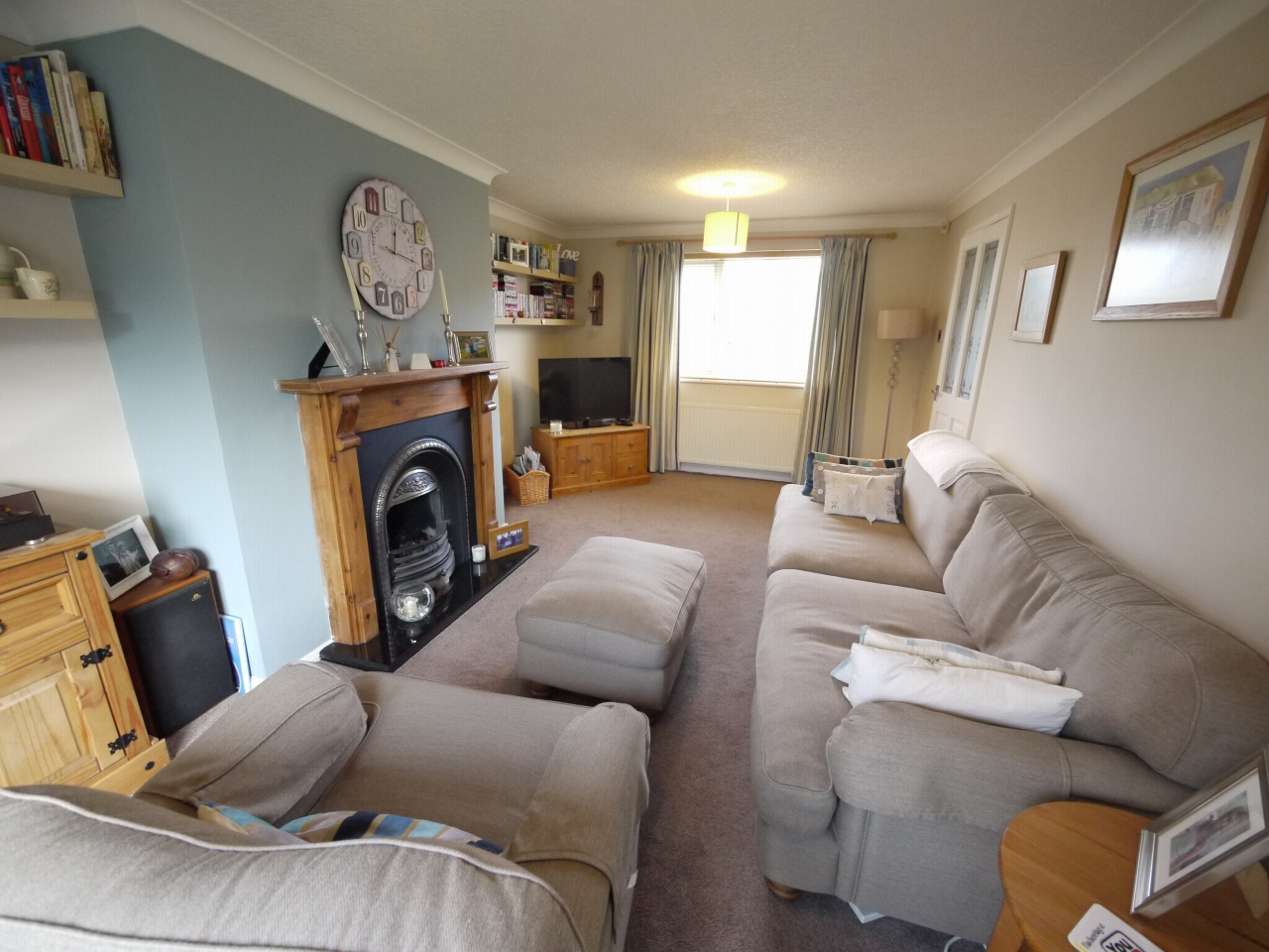 4 bedroom detached house For Sale in Brighouse - Photograph 3.