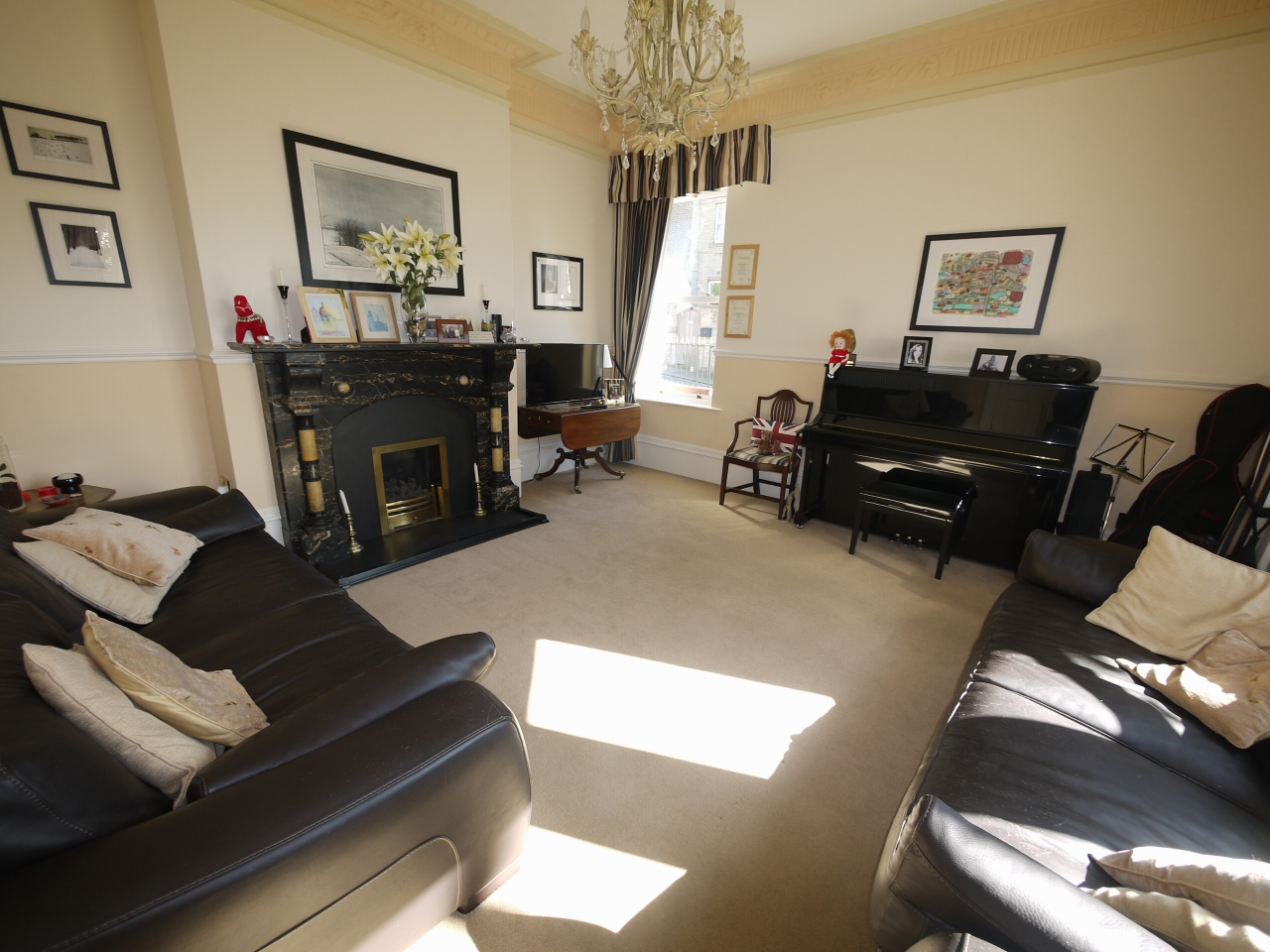 5 bedroom semi-detached house For Sale in Halilfax - Photograph 2.