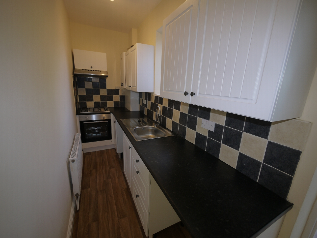 2 bedroom mid terraced house Let in Huddersfield - Photograph 4.