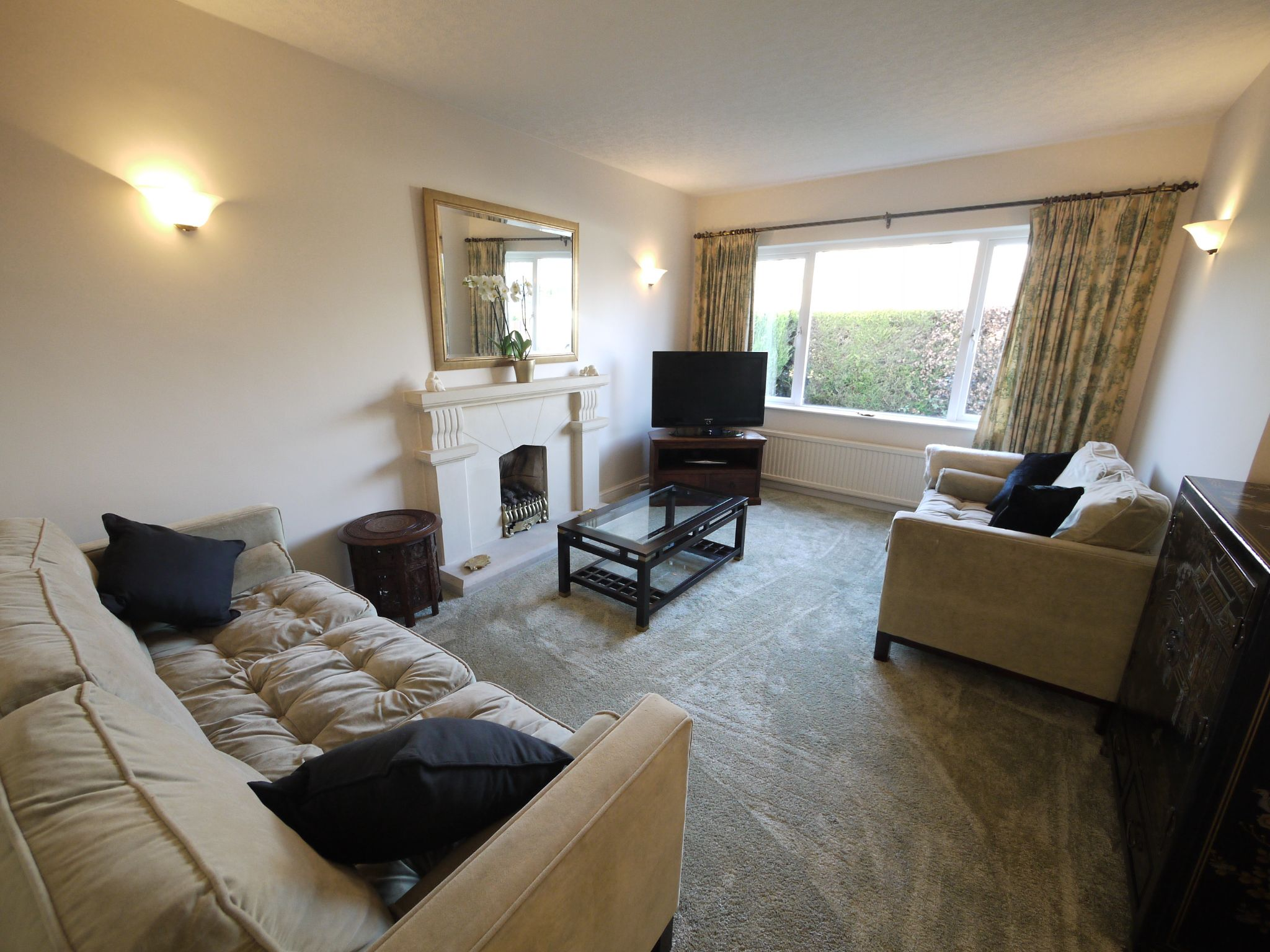 5 bedroom detached bungalow For Sale in Brighouse - lounge.