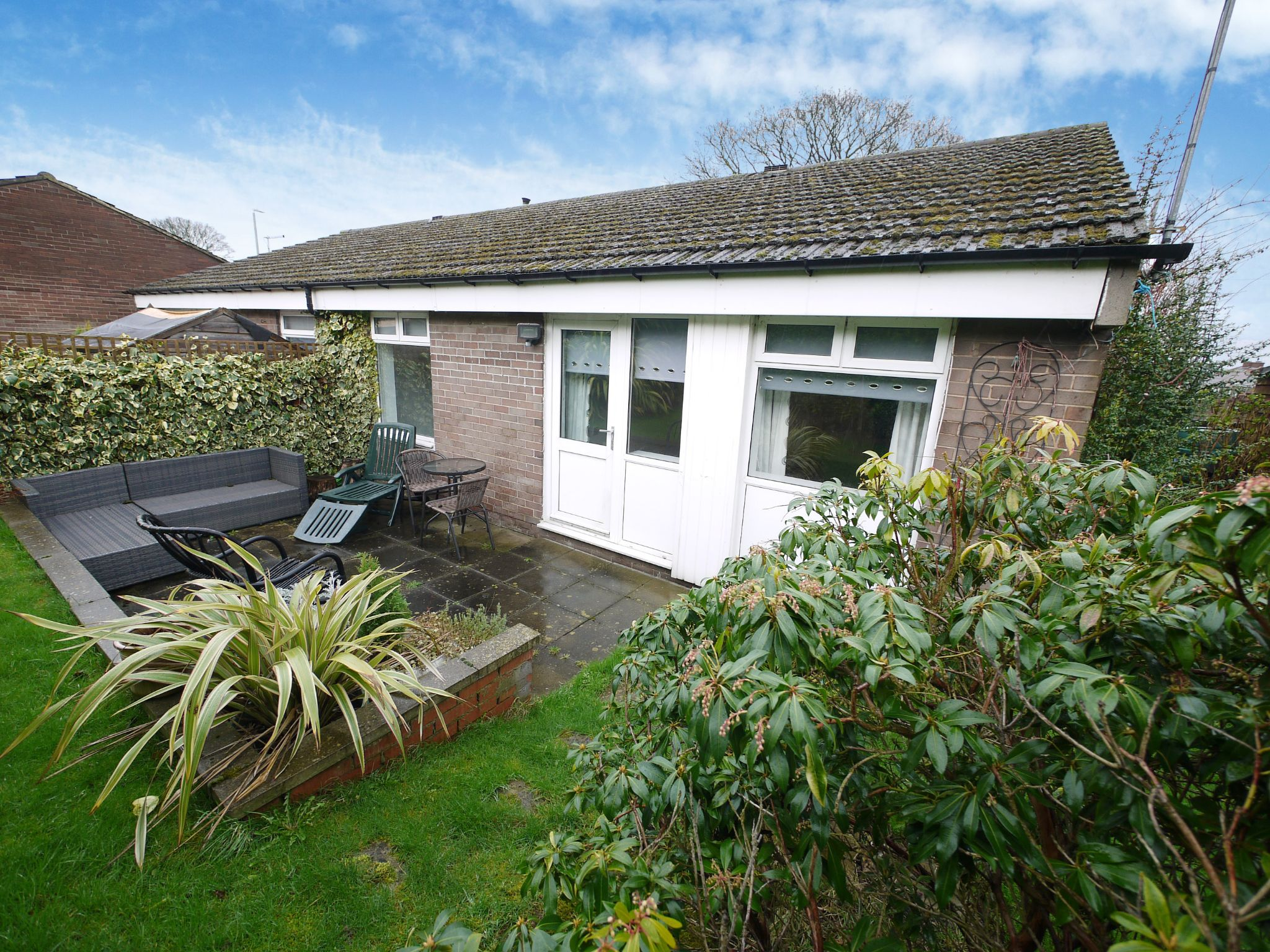 1 bedroom semi-detached bungalow For Sale in Brighouse - Property photograph.