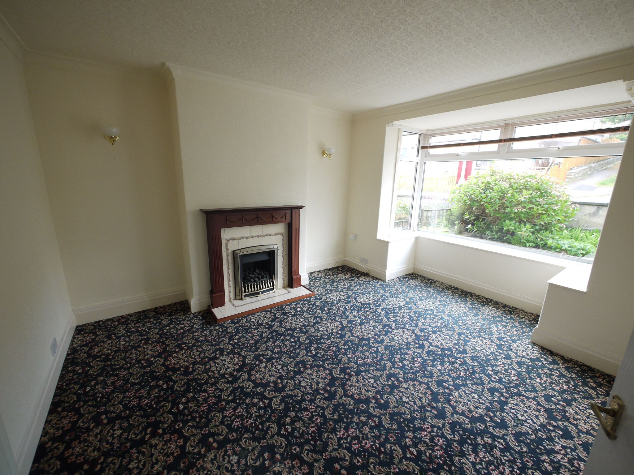 3 bedroom semi-detached house To Let in Riddlesden - Lounge.