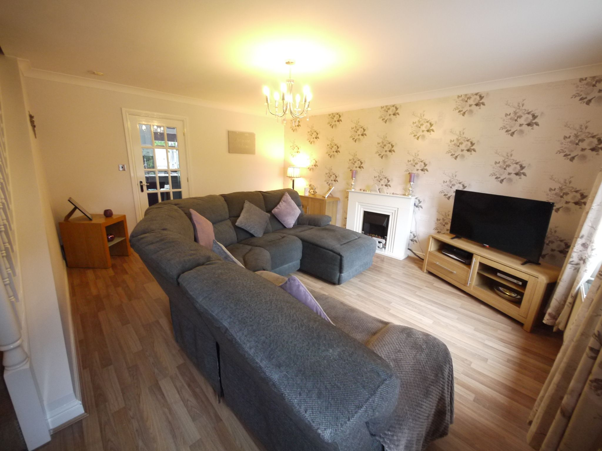 4 bedroom town house For Sale in Brighouse - Lounge.