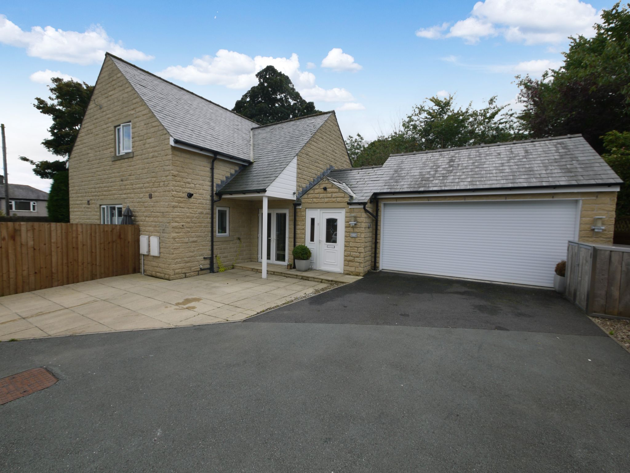 4 bedroom detached house For Sale in Halifax - Main.