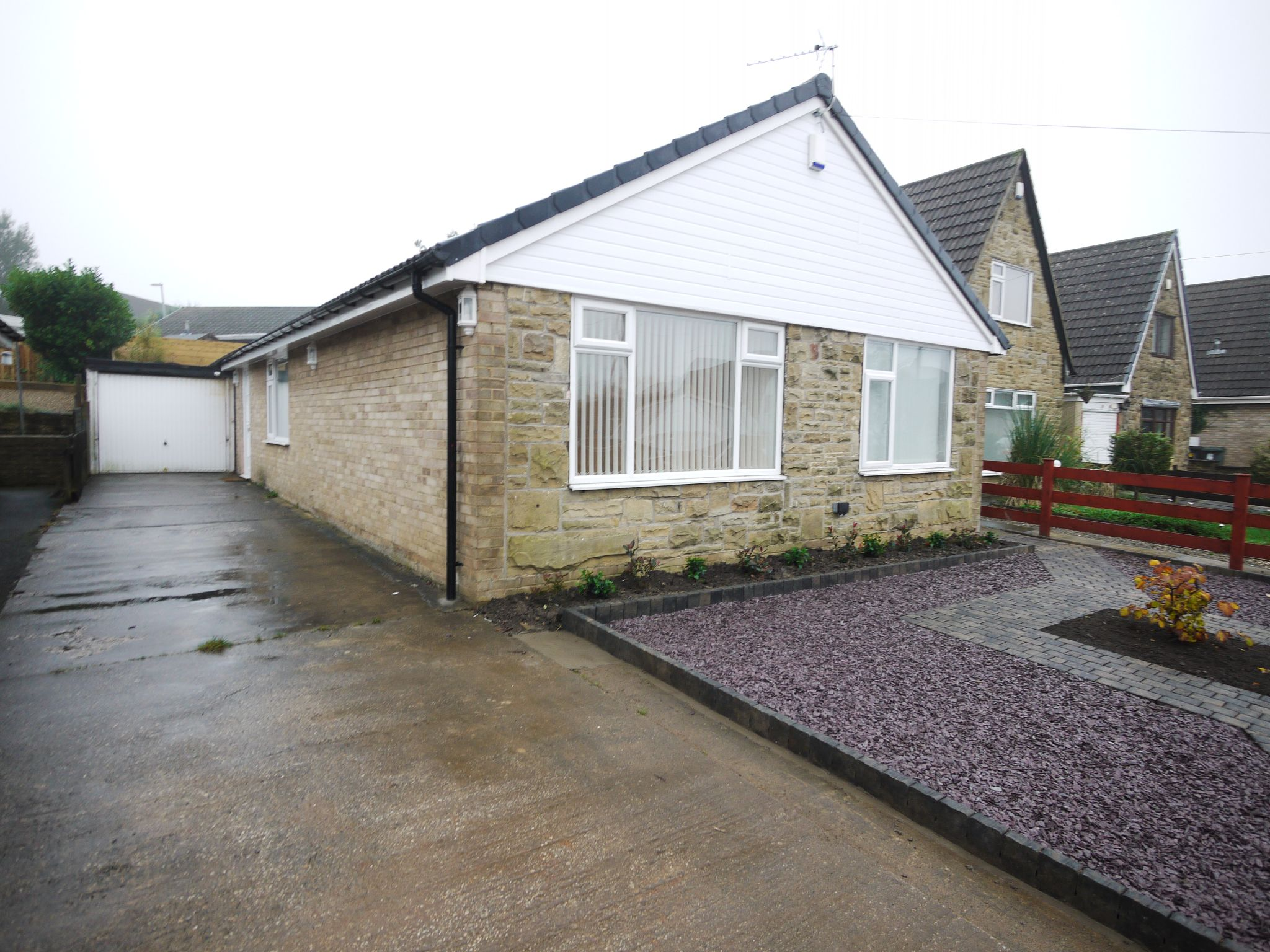 3 bedroom detached bungalow To Let in Bradford - Property photograph.