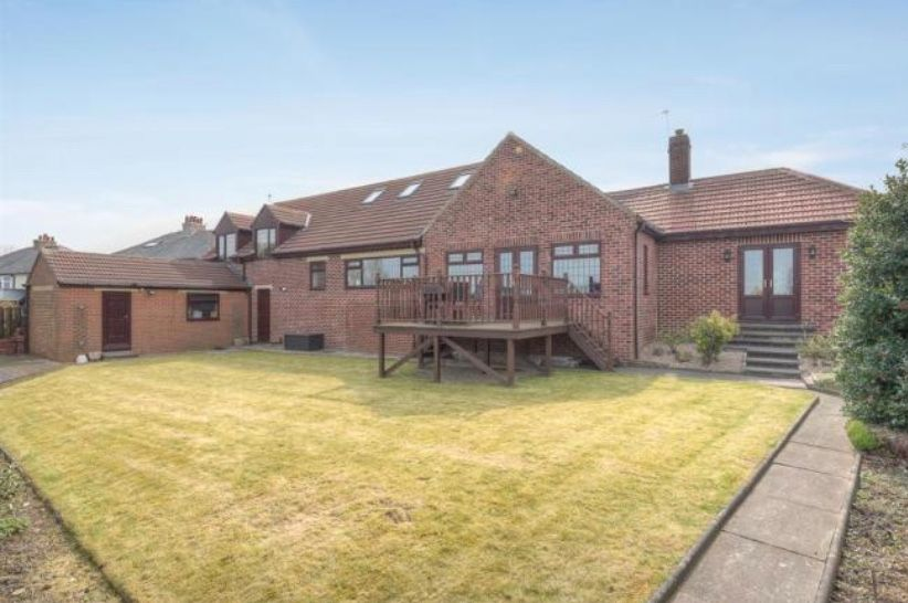 6 bedroom detached house For Sale in Huddersfield - Garden.
