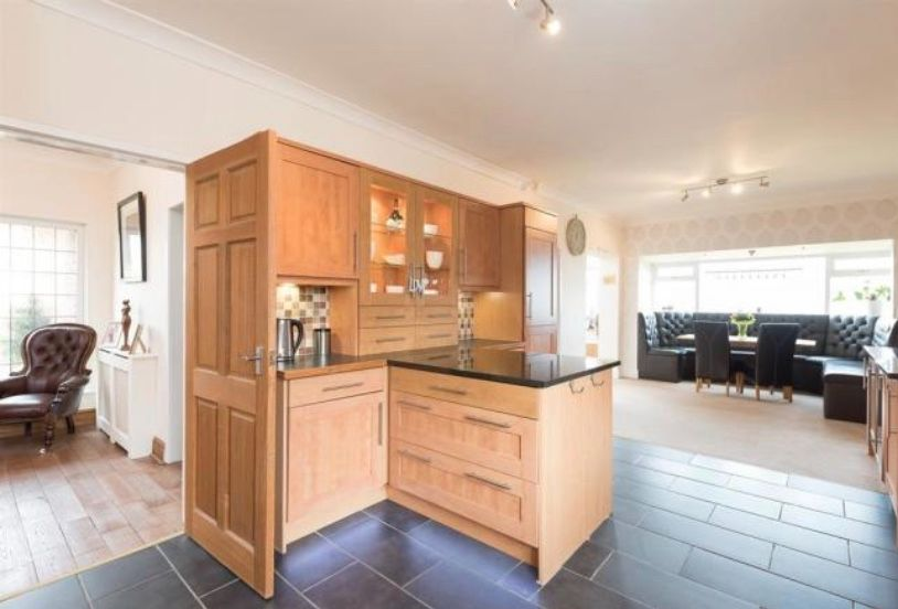 6 bedroom detached house For Sale in Huddersfield - dining kitchen.