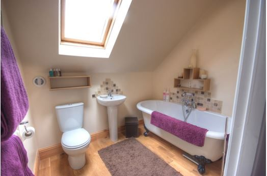 6 bedroom detached house For Sale in Huddersfield - Ensuite bathroom.