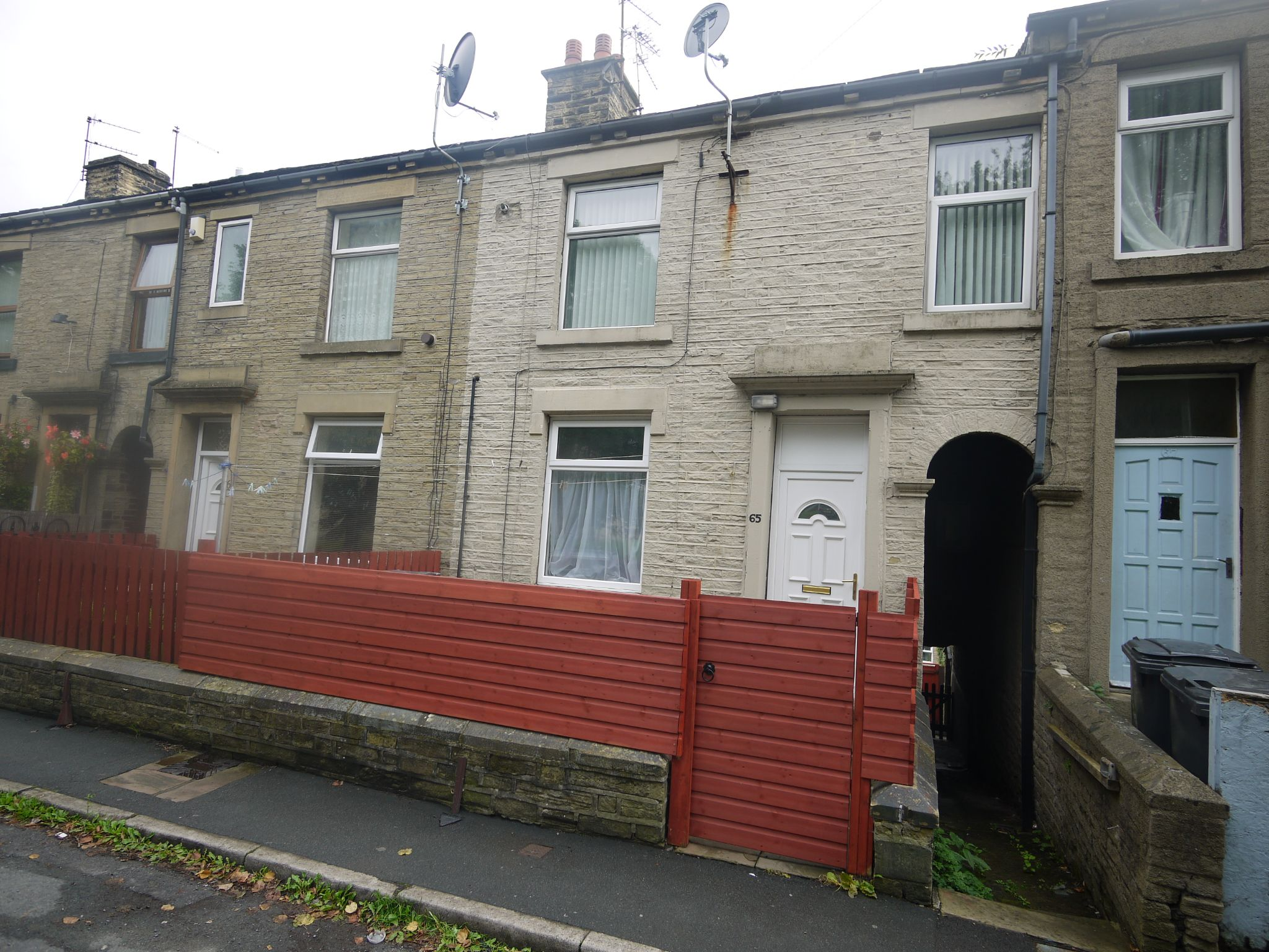 3 bedroom mid terraced house Let in Brighouse - Main.