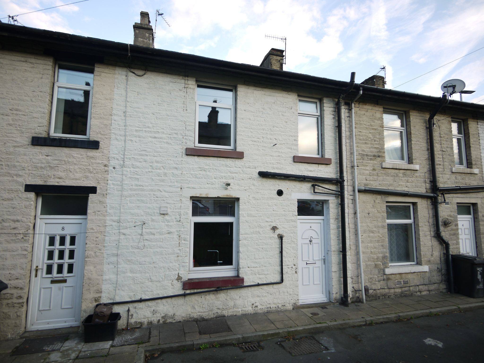 1 bedroom mid terraced house Let in Halifax - Photograph 1.