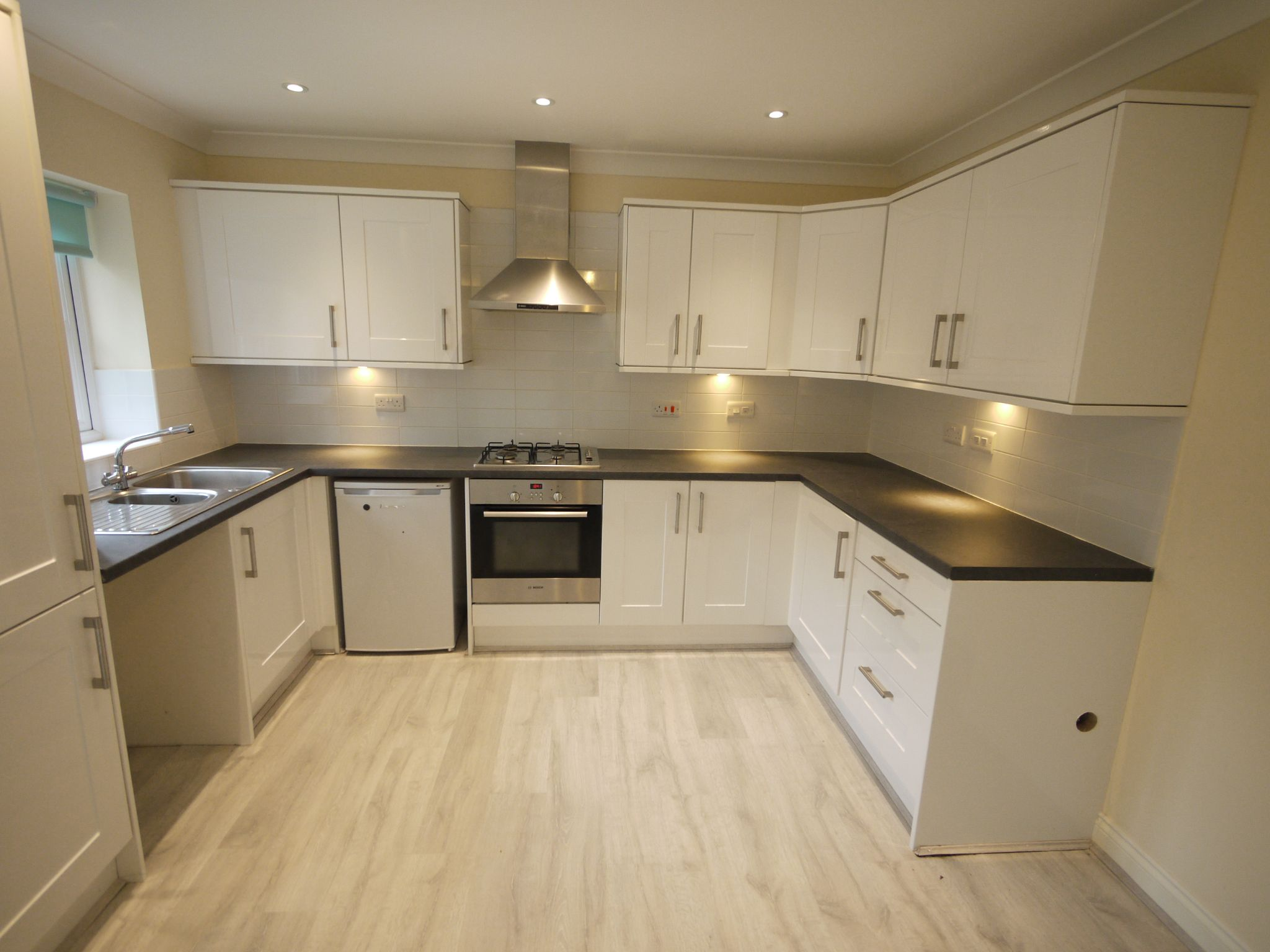 3 bedroom town house SSTC in Mirfield - Photograph 4.