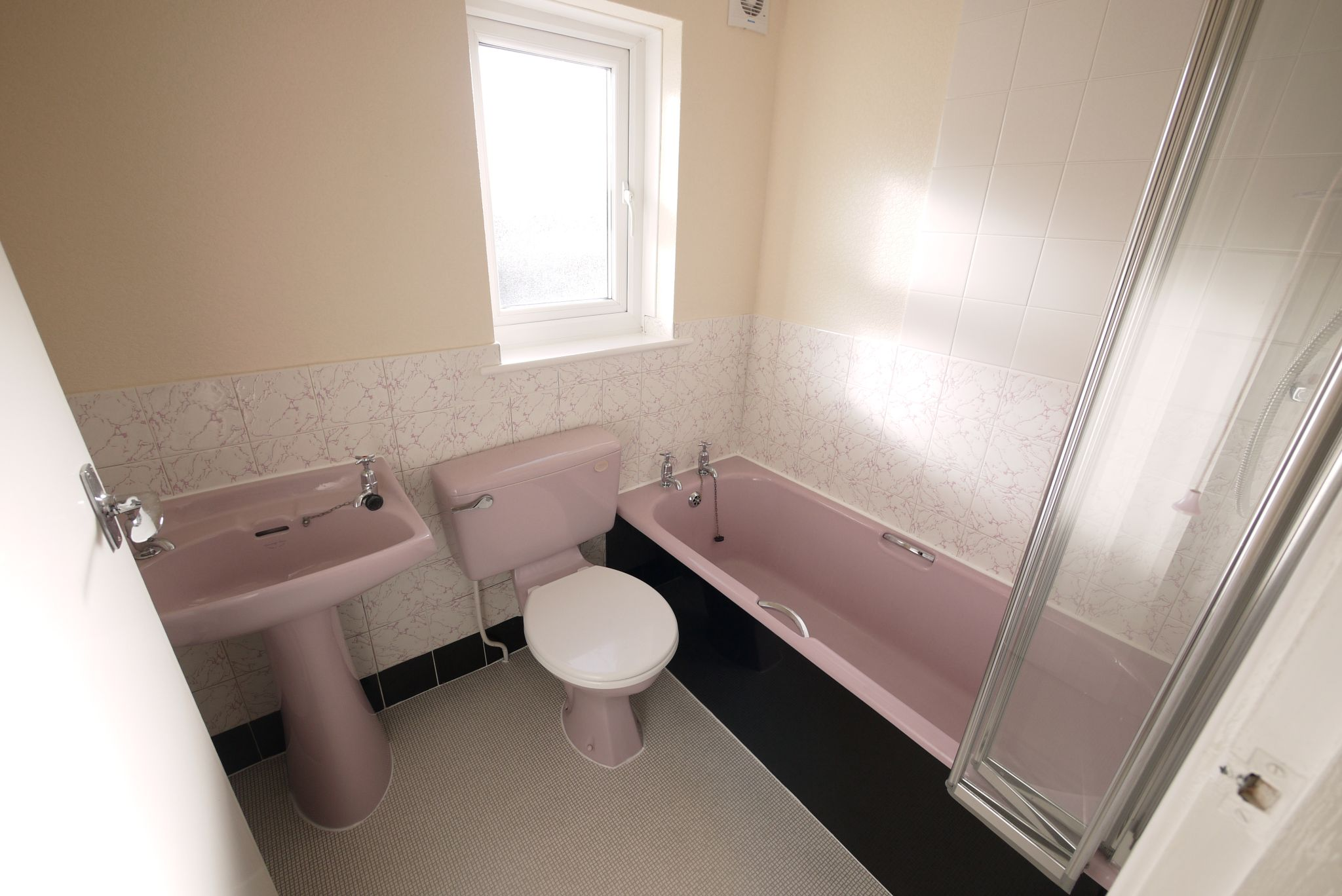 1 bedroom mid terraced house Let in Brighouse - Bathroom.