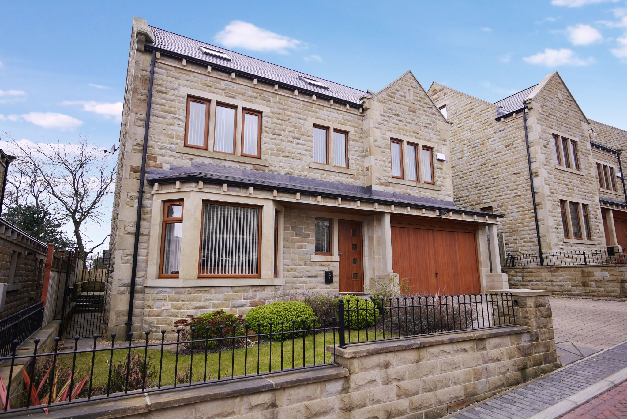 5 bedroom detached house SSTC in Halifax - Main.