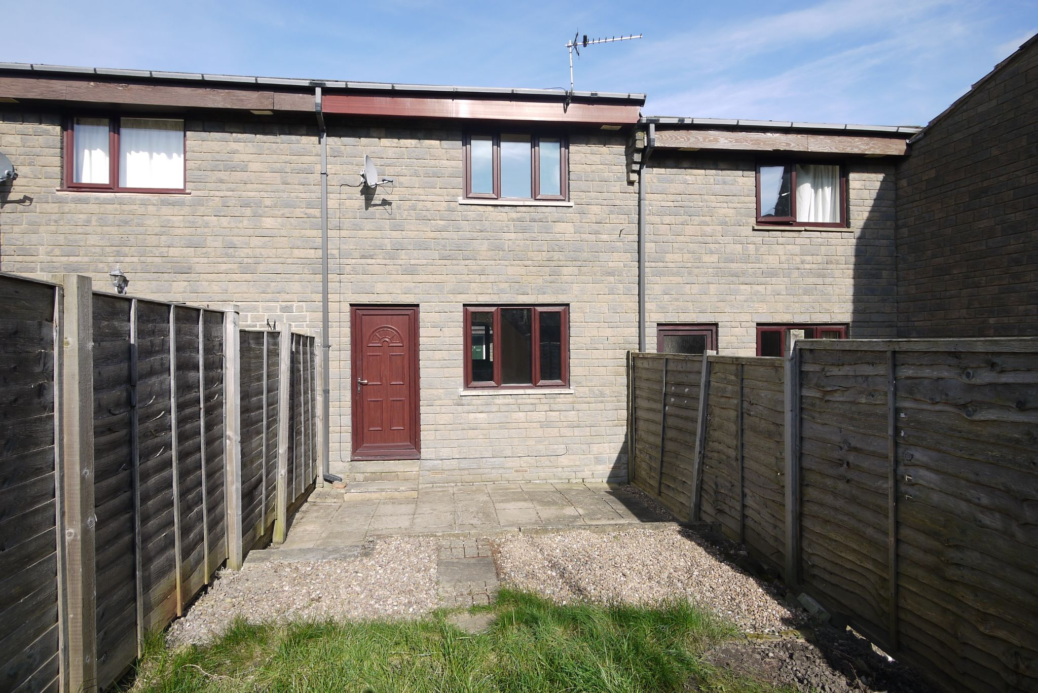 2 bedroom town house SSTC in Brighouse - Photograph 1.