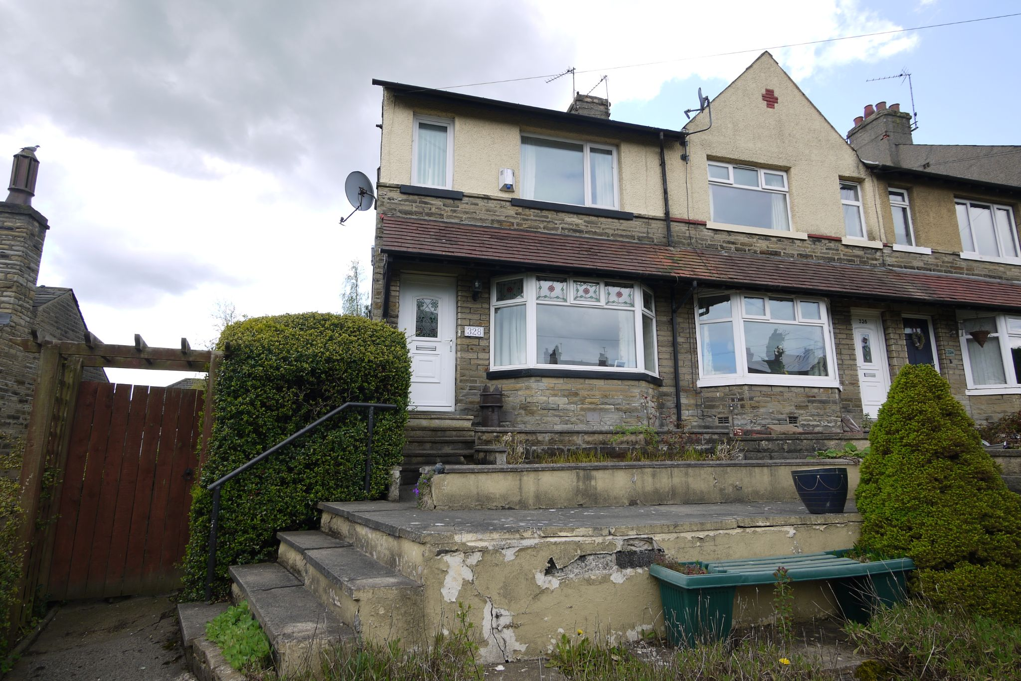 3 bedroom end terraced house For Sale in Brighouse - Photograph 1.