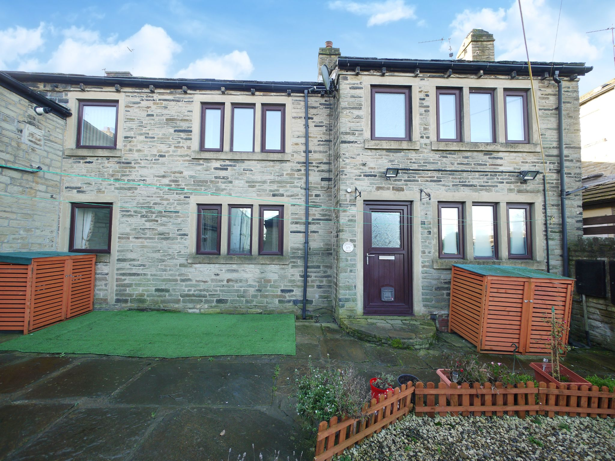 3 bedroom cottage house To Let in Bradford - Photograph 1.