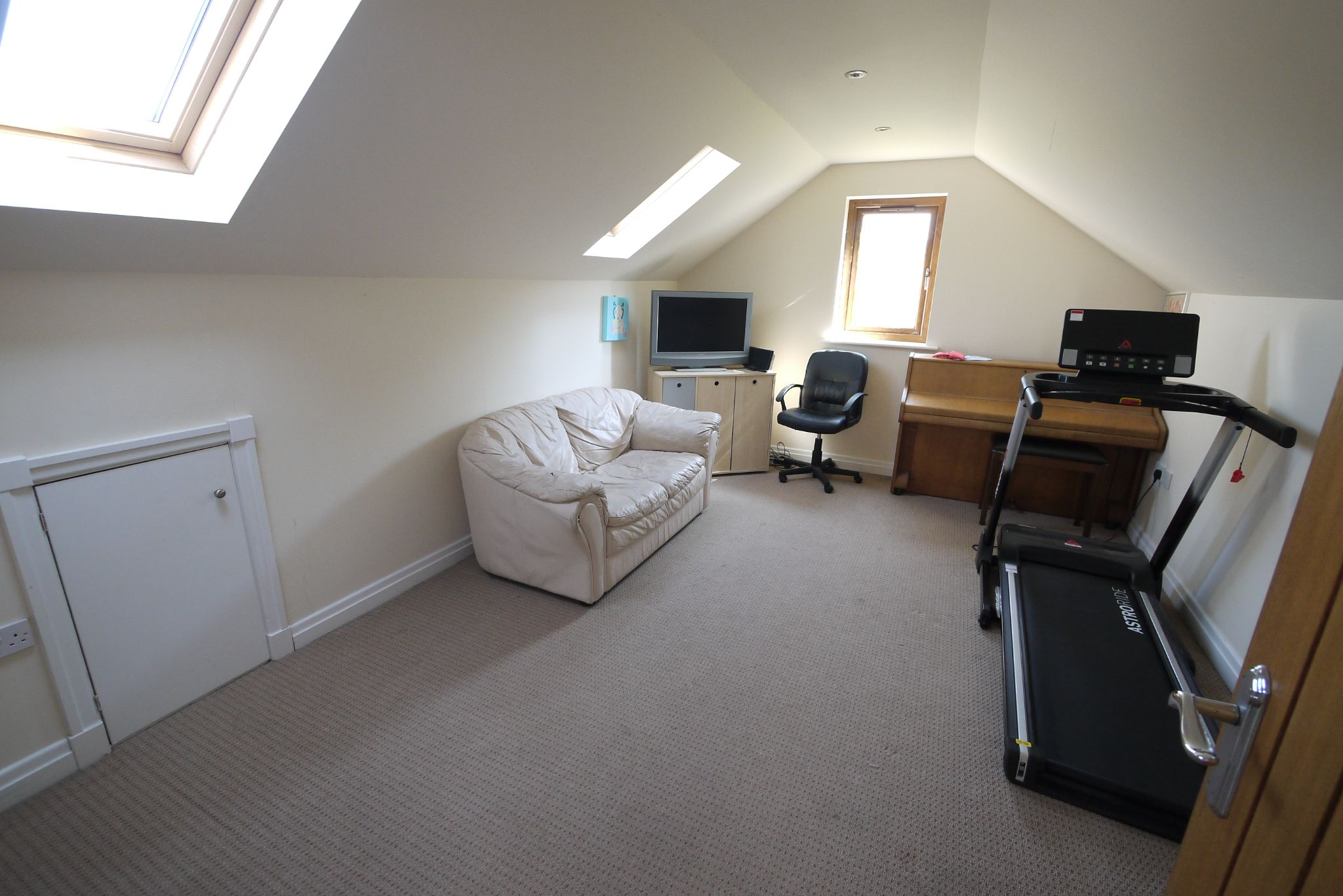 5 bedroom detached house For Sale in Brighouse - Photograph 13.