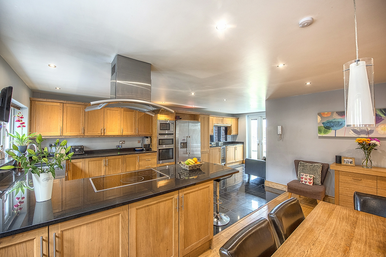 5 bedroom detached house For Sale in Brighouse - Photograph 8.