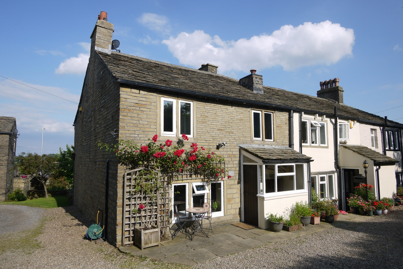 3 bedroom cottage house For Sale in Halifax - Photograph 1.