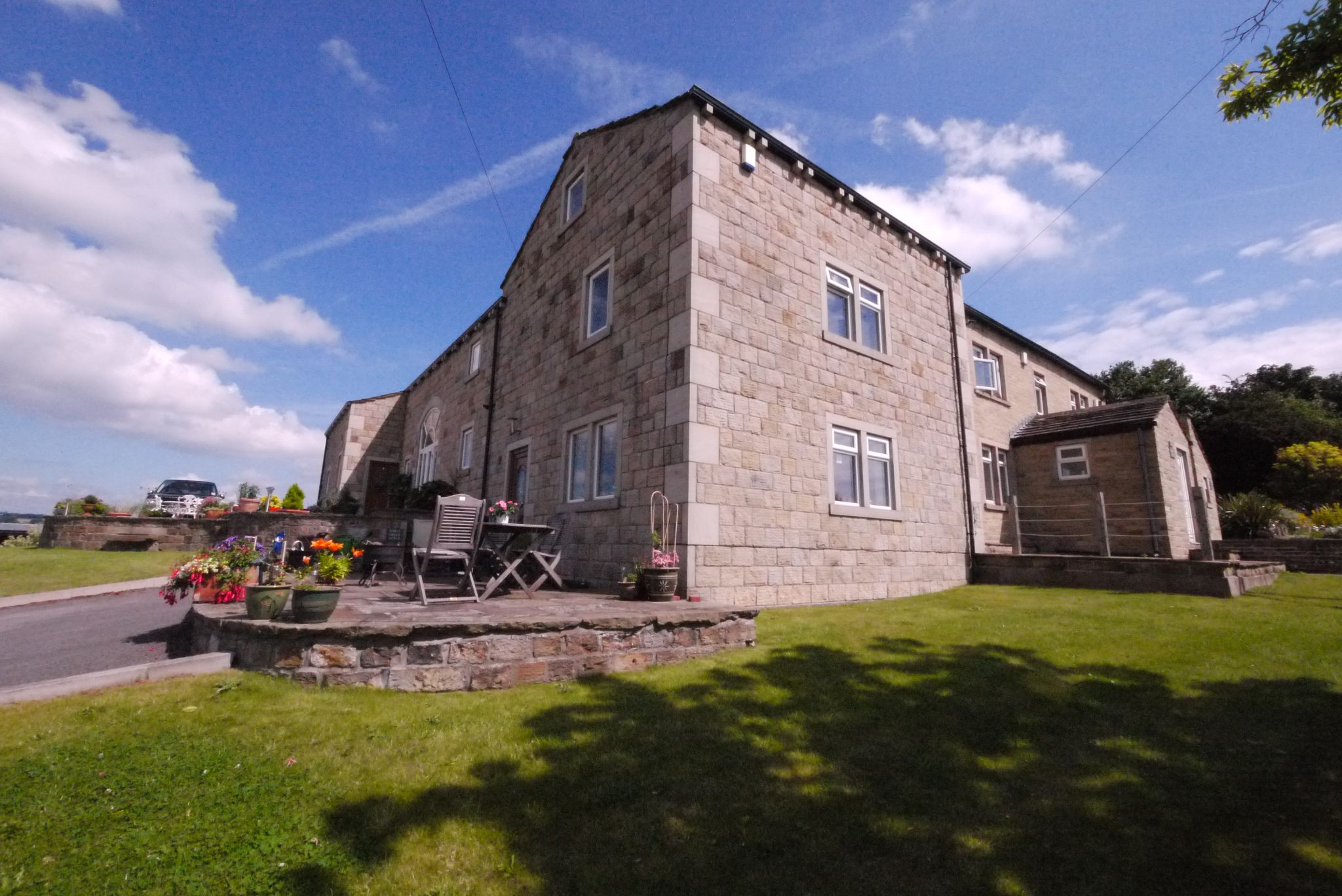 4 bedroom cottage house To Let in Brighouse - External.