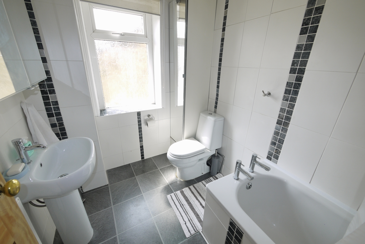 3 bedroom end terraced house SSTC in Brighouse - Bathroom.
