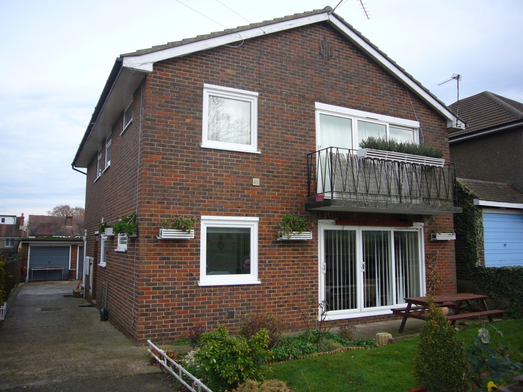 2 bedroom detached bungalow Let Agreed in Cheam - 0.