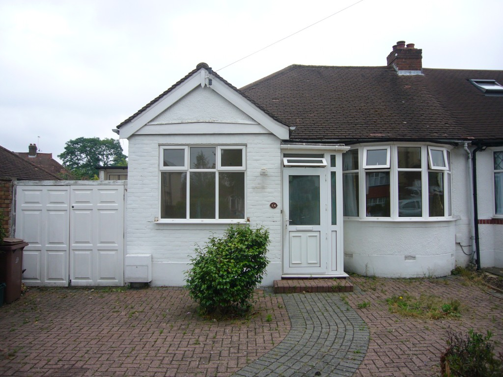 2 bedroom detached bungalow Let Agreed in Worcester Park - 0.