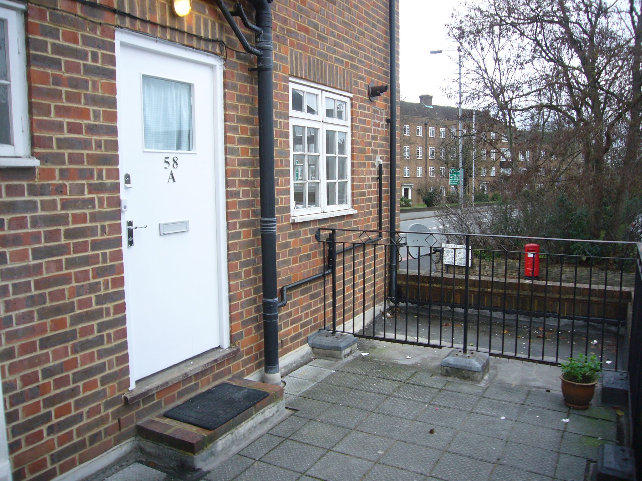 2 bedroom apartment flat/apartment Let Agreed in Cheam - Photograph 1.