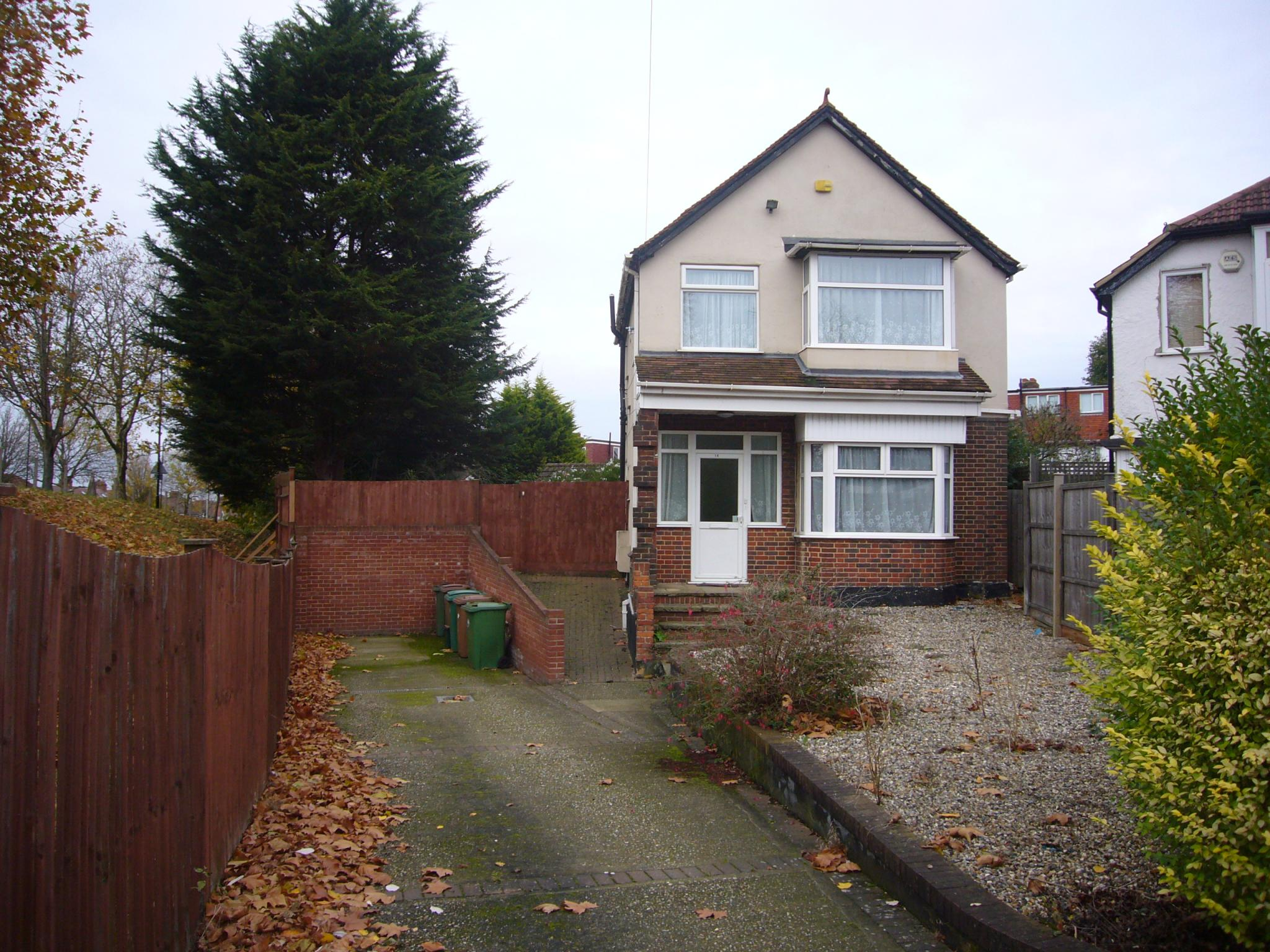 3 bedroom detached house Let Agreed in Cheam - Photograph 1.