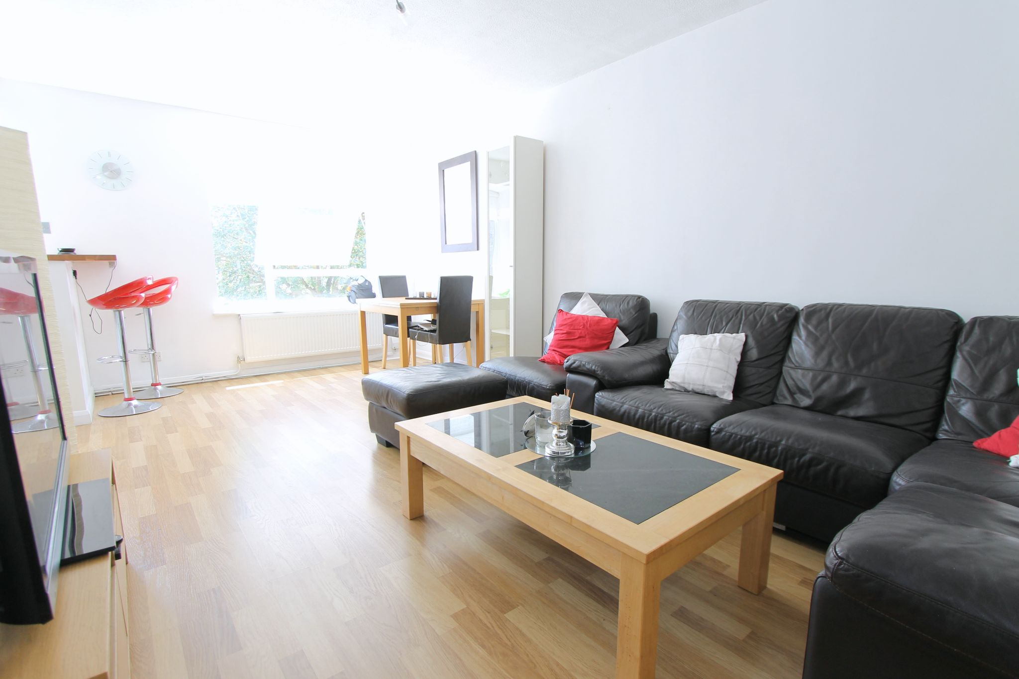 2 bedroom apartment flat/apartment To Let in Cheam - Photograph 3.