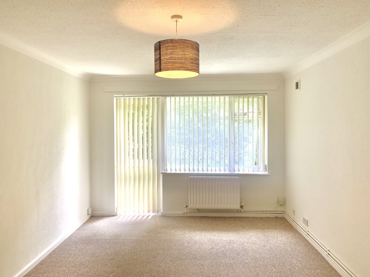 1 bedroom ground floor flat/apartment To Let in Worcester Park - Photograph 1.