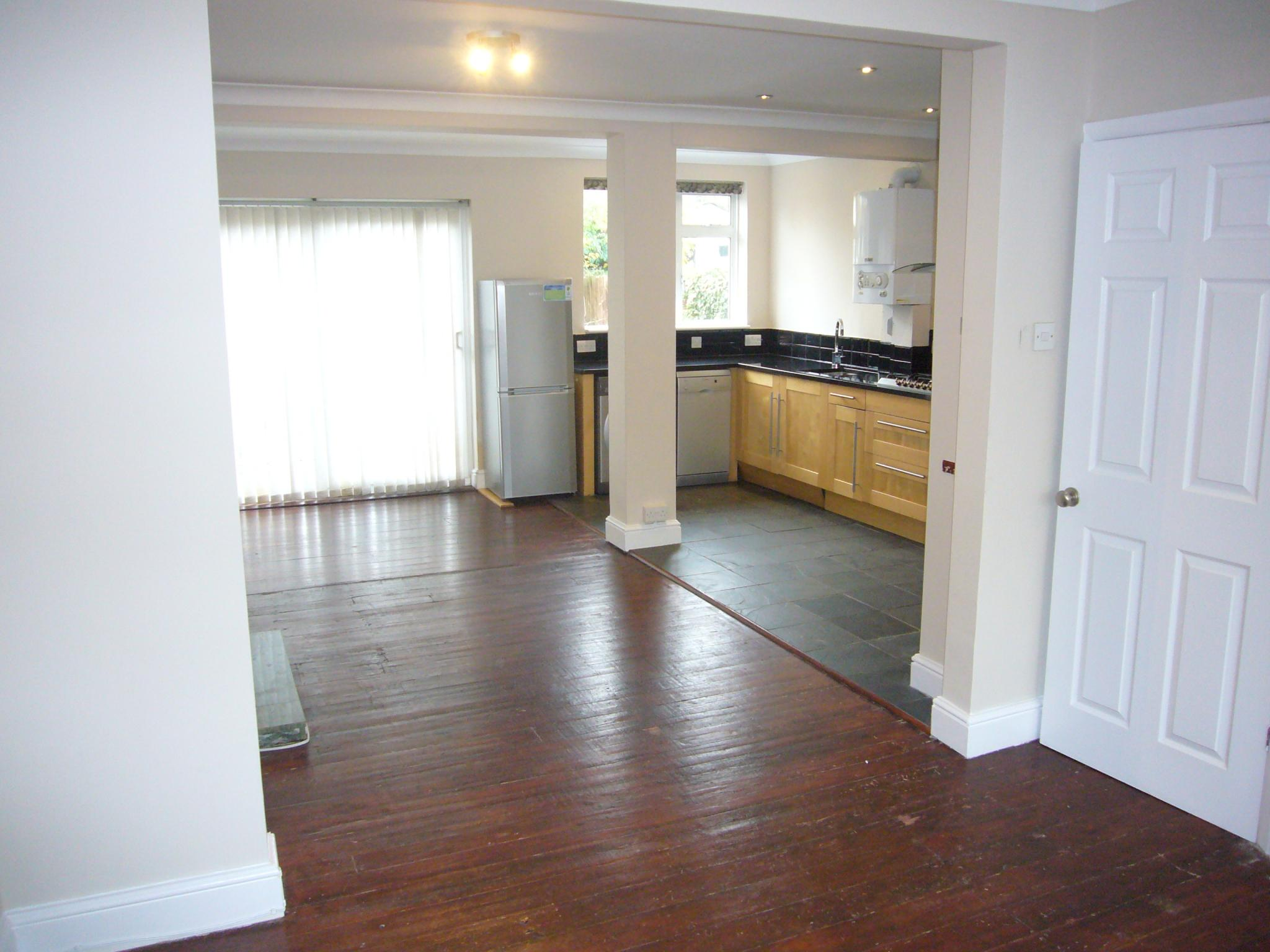 3 bedroom semi-detached house Let Agreed in Worcester Park - Photograph 4.