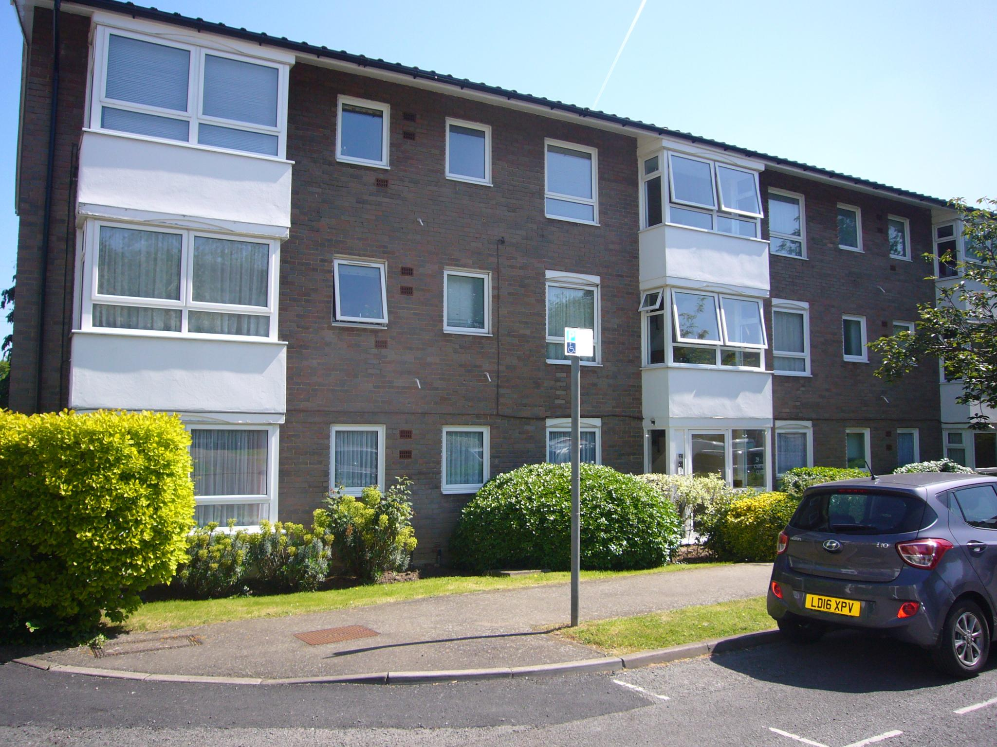 2 bedroom apartment flat/apartment To Let in Worcester Park - Photograph 1.