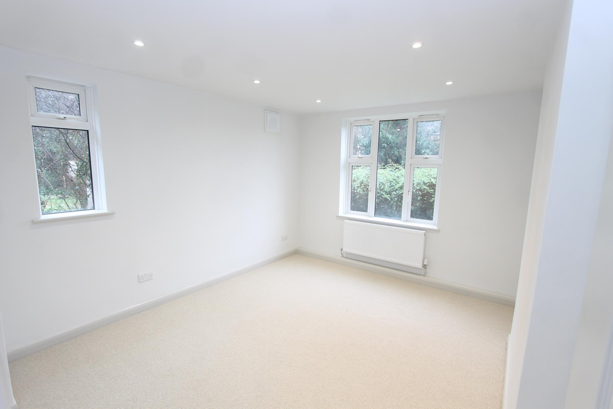 3 bedroom apartment flat/apartment Let Agreed in Worcester Park - Photograph 5.