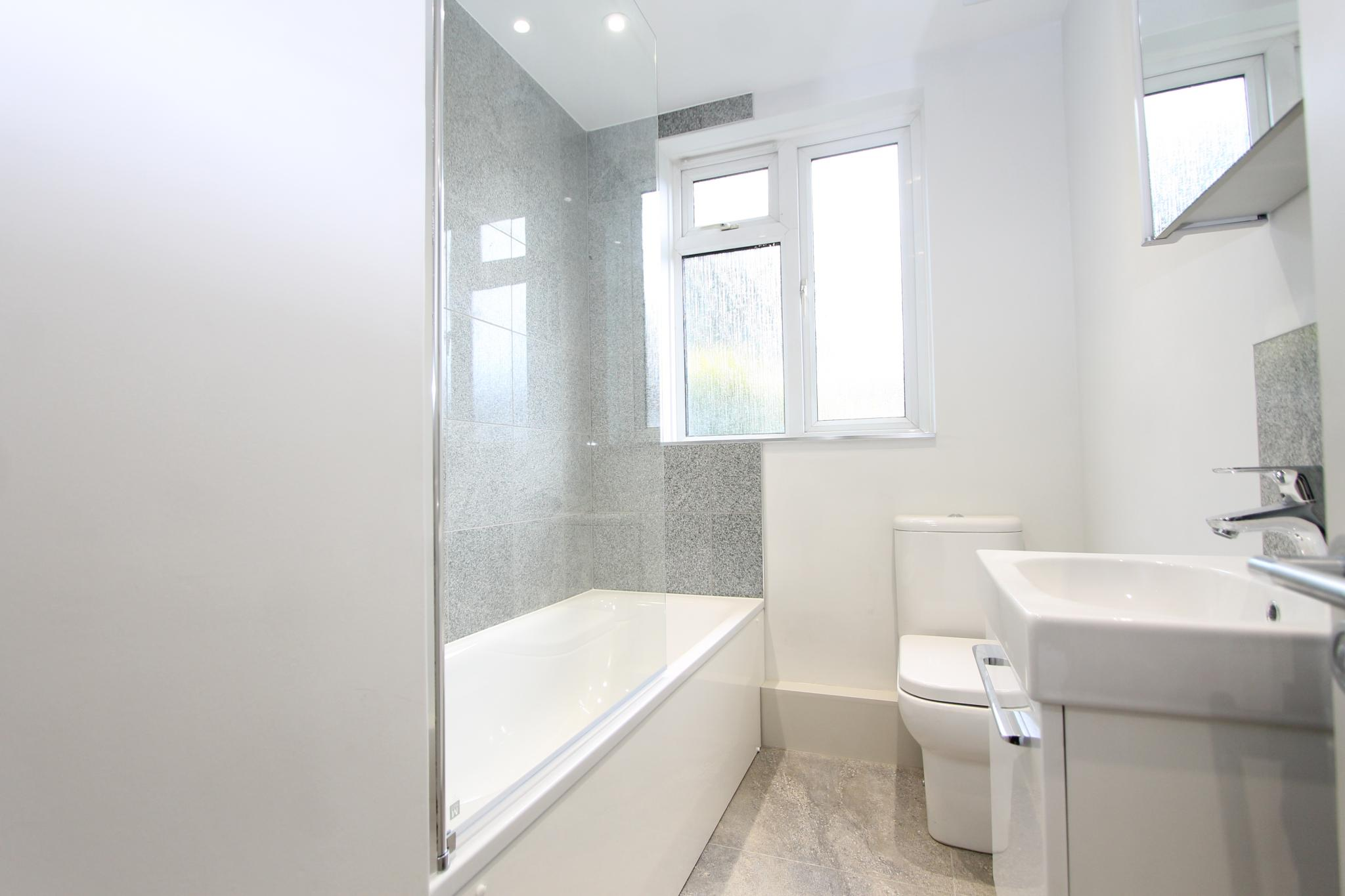 3 bedroom apartment flat/apartment Let Agreed in Worcester Park - Photograph 7.