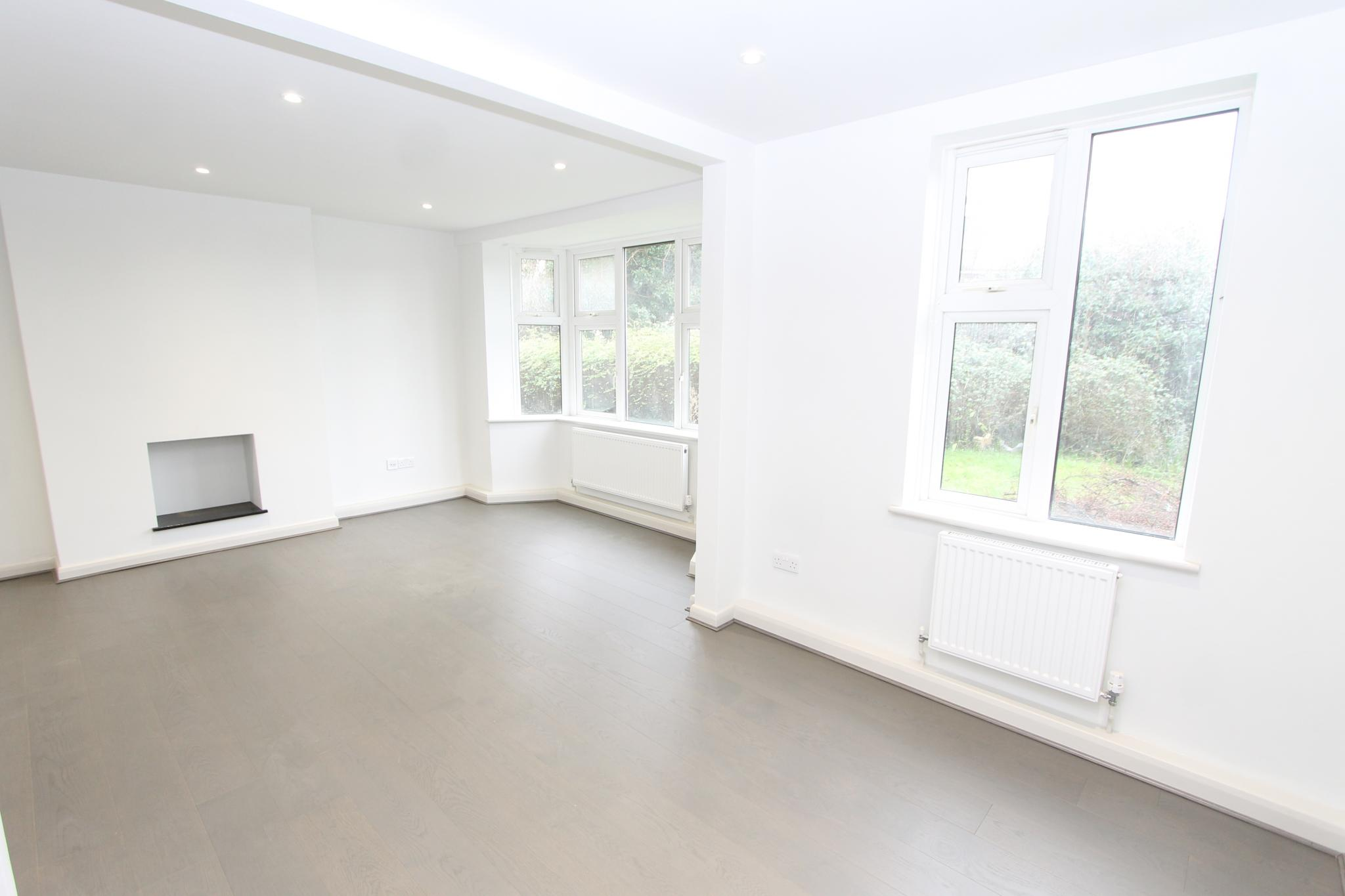 3 bedroom apartment flat/apartment Let Agreed in Worcester Park - Photograph 2.
