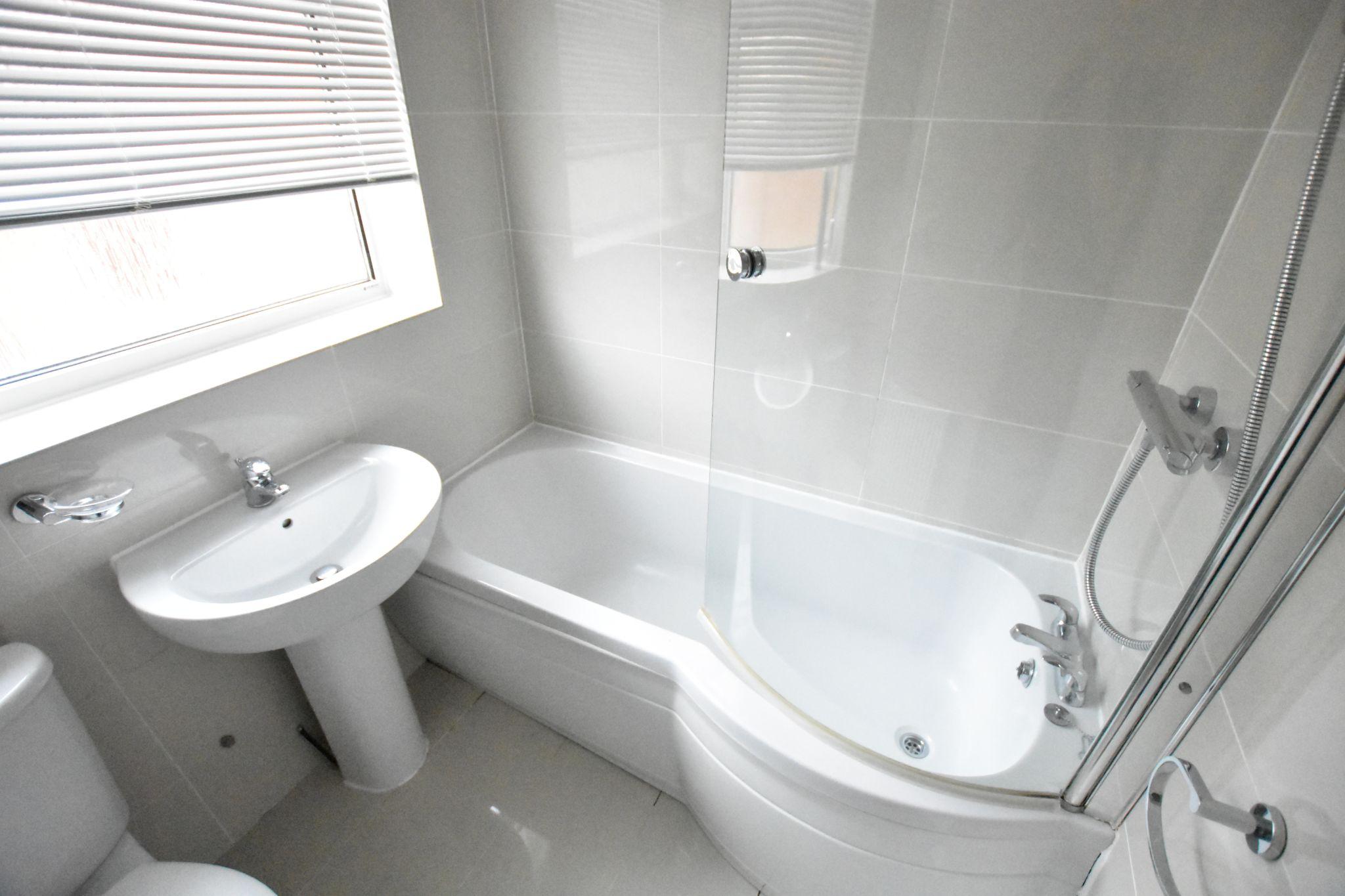 3 bedroom semi-detached bungalow To Let in Preston - Bathroom