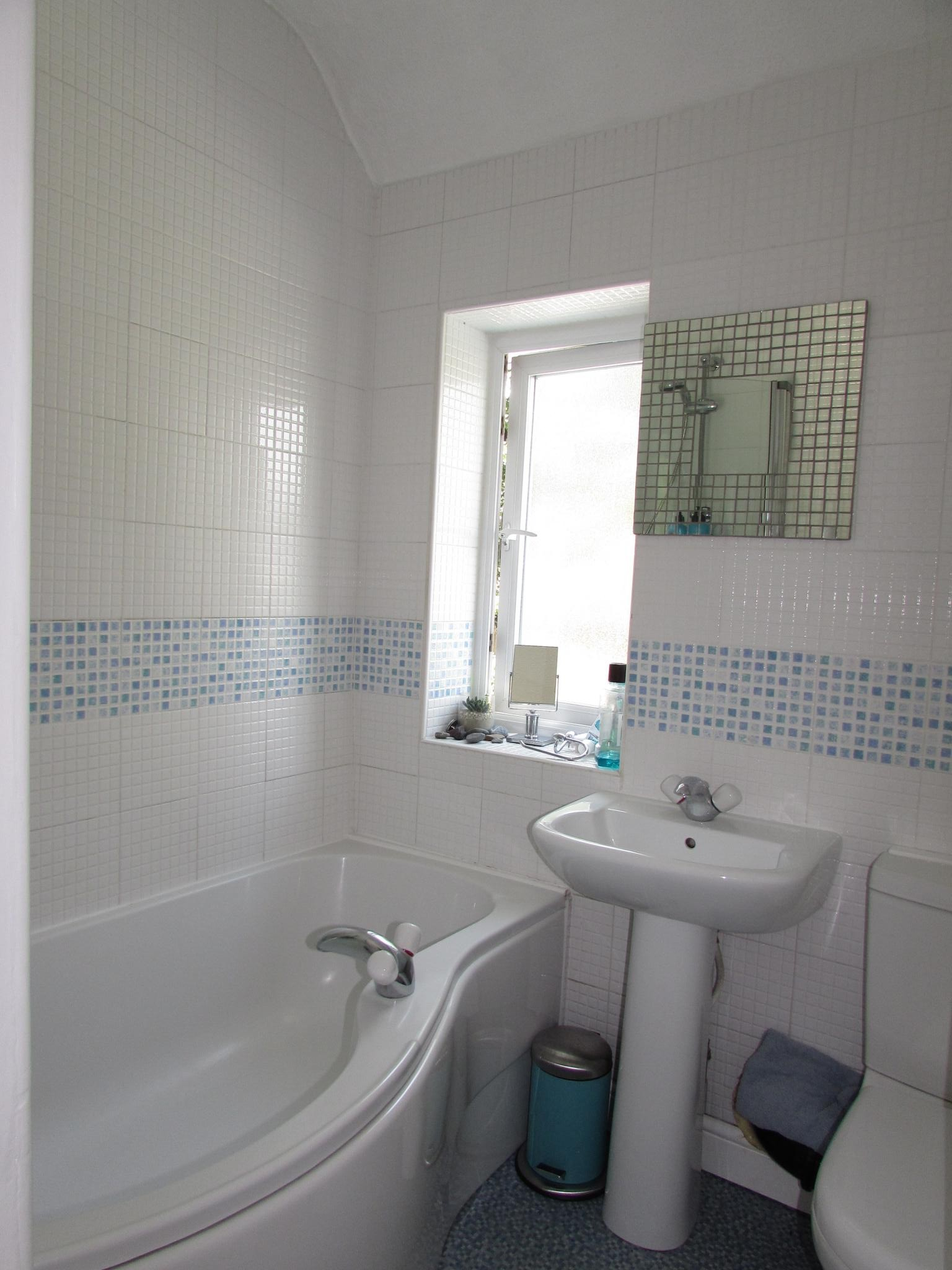3 Bedroom Mid Terraced House To Rent - Photograph 16