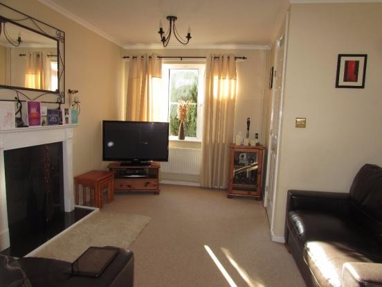 3 Bedroom Semi-detached House To Rent - Photograph 2