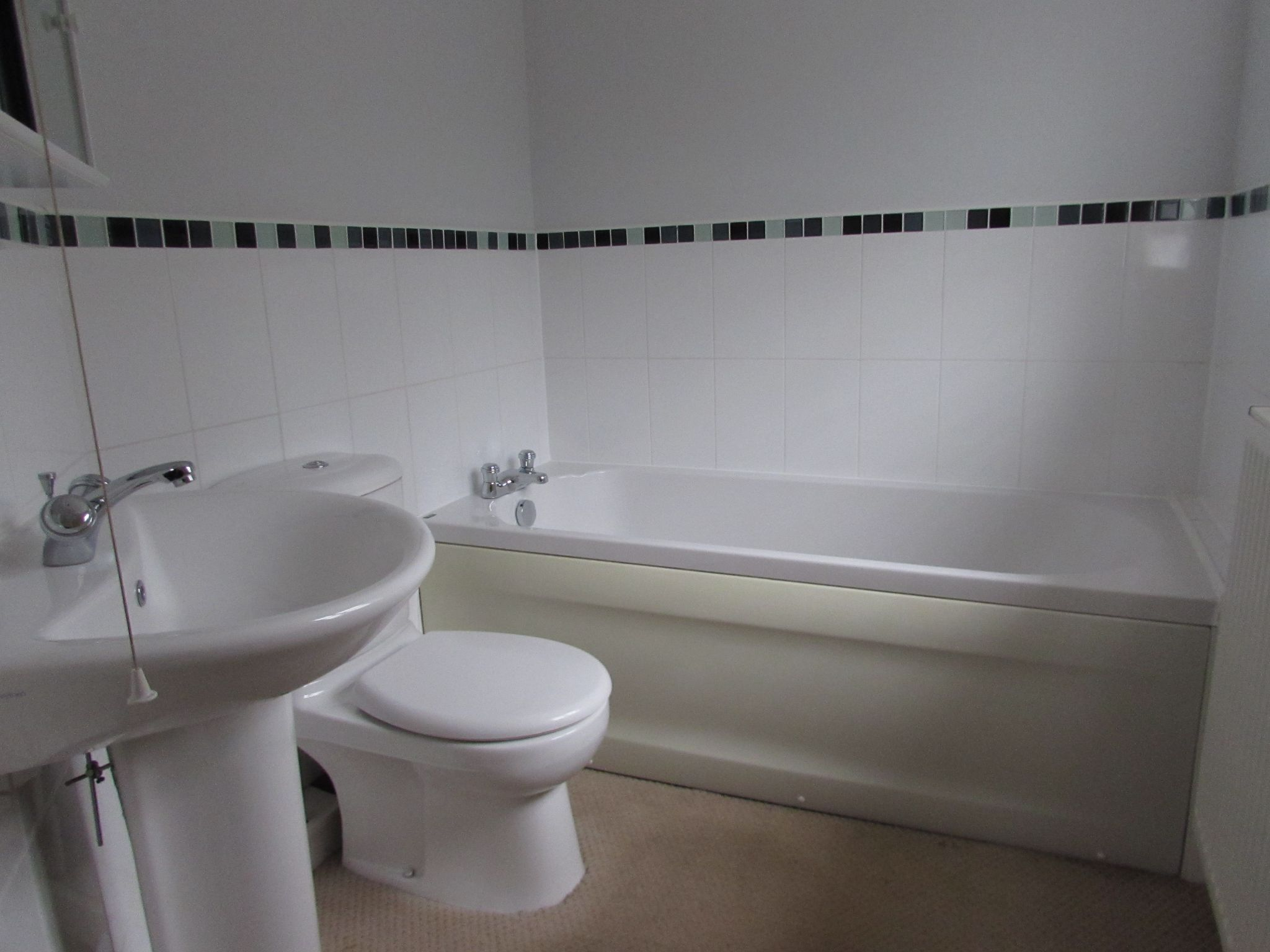 2 Bedroom Mews House To Rent - Family Bathroom