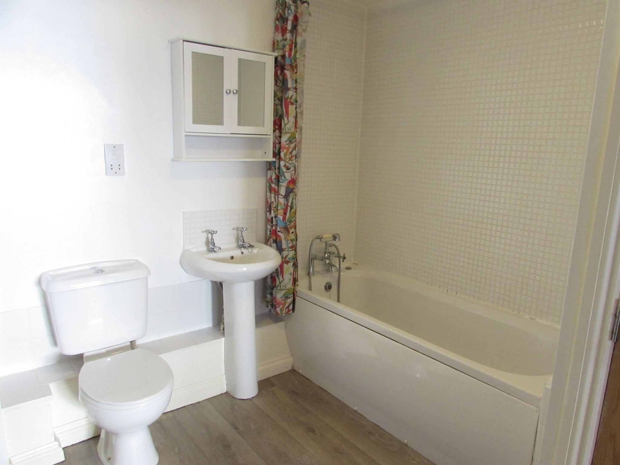 2 Bedroom Ground Floor Flat/apartment To Rent - family bathroom