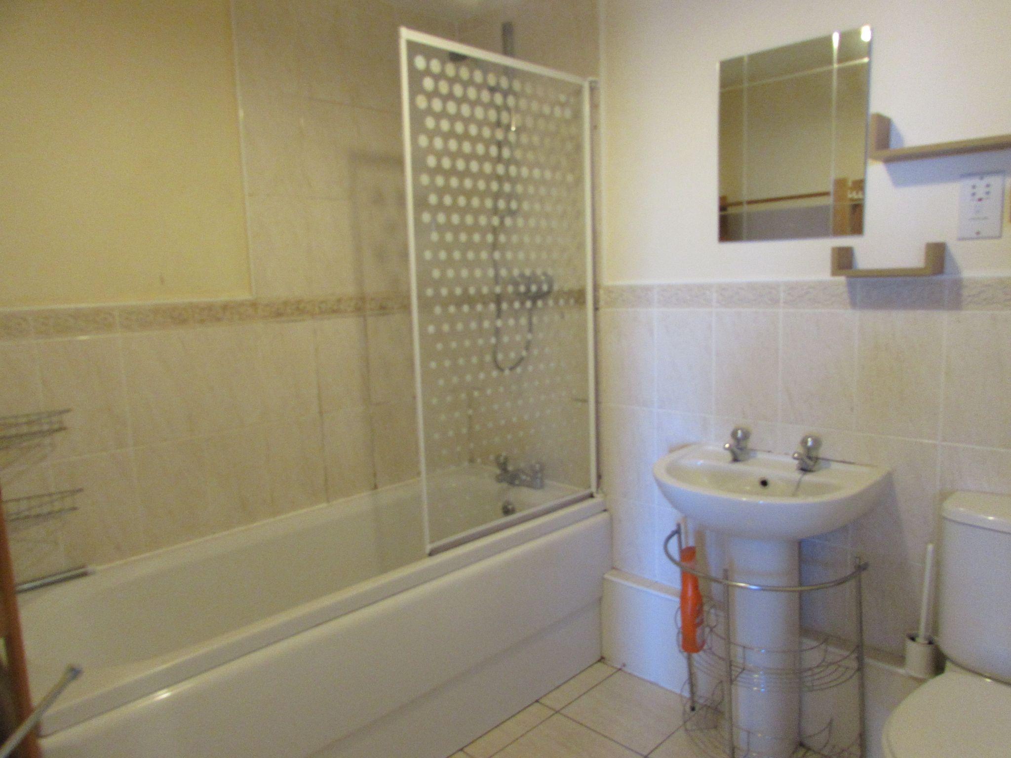 2 Bedroom Apartment Flat/apartment To Rent - family bathroom