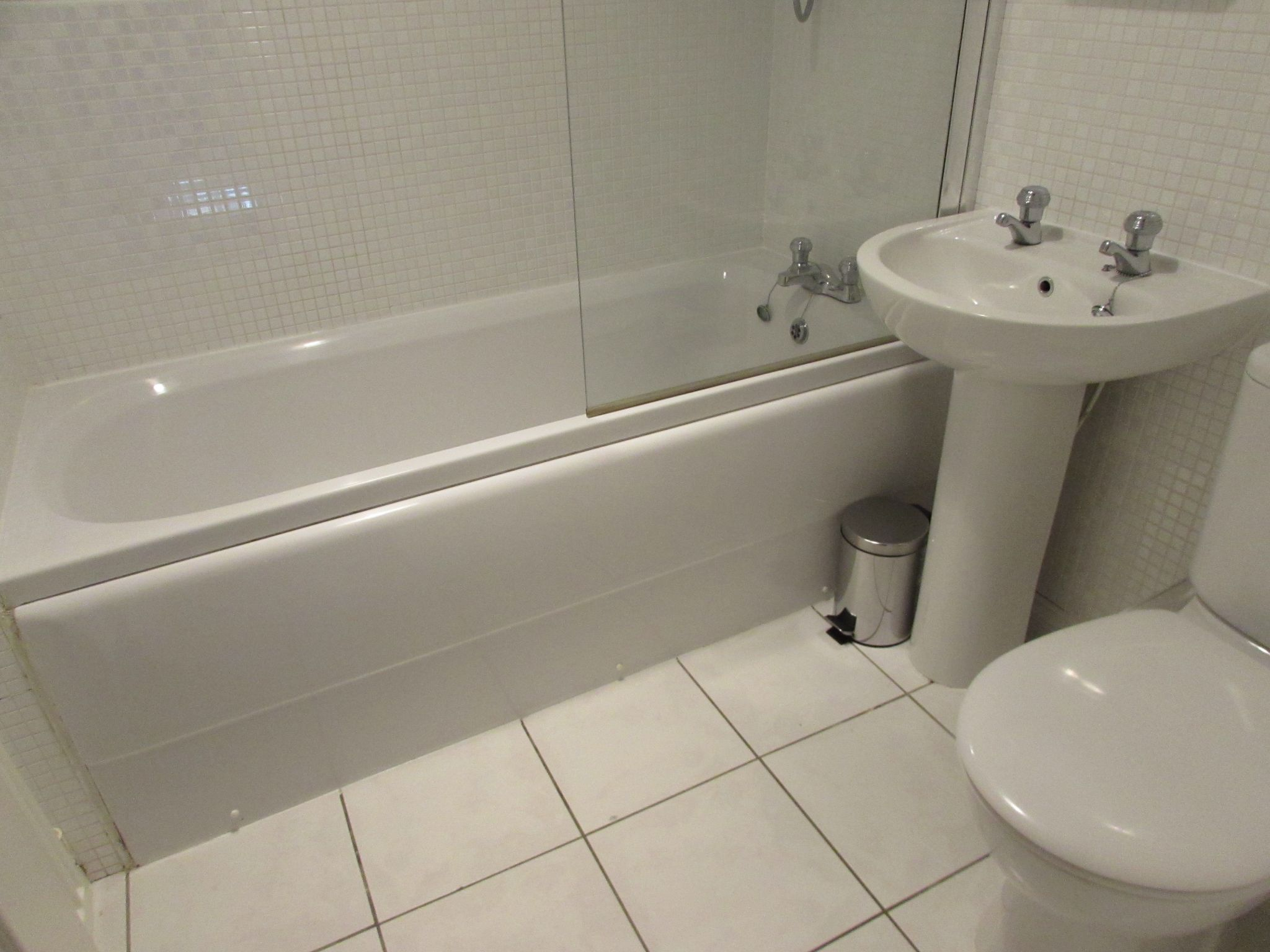 1 Bedroom Mid Terraced House To Rent - communal bathroom