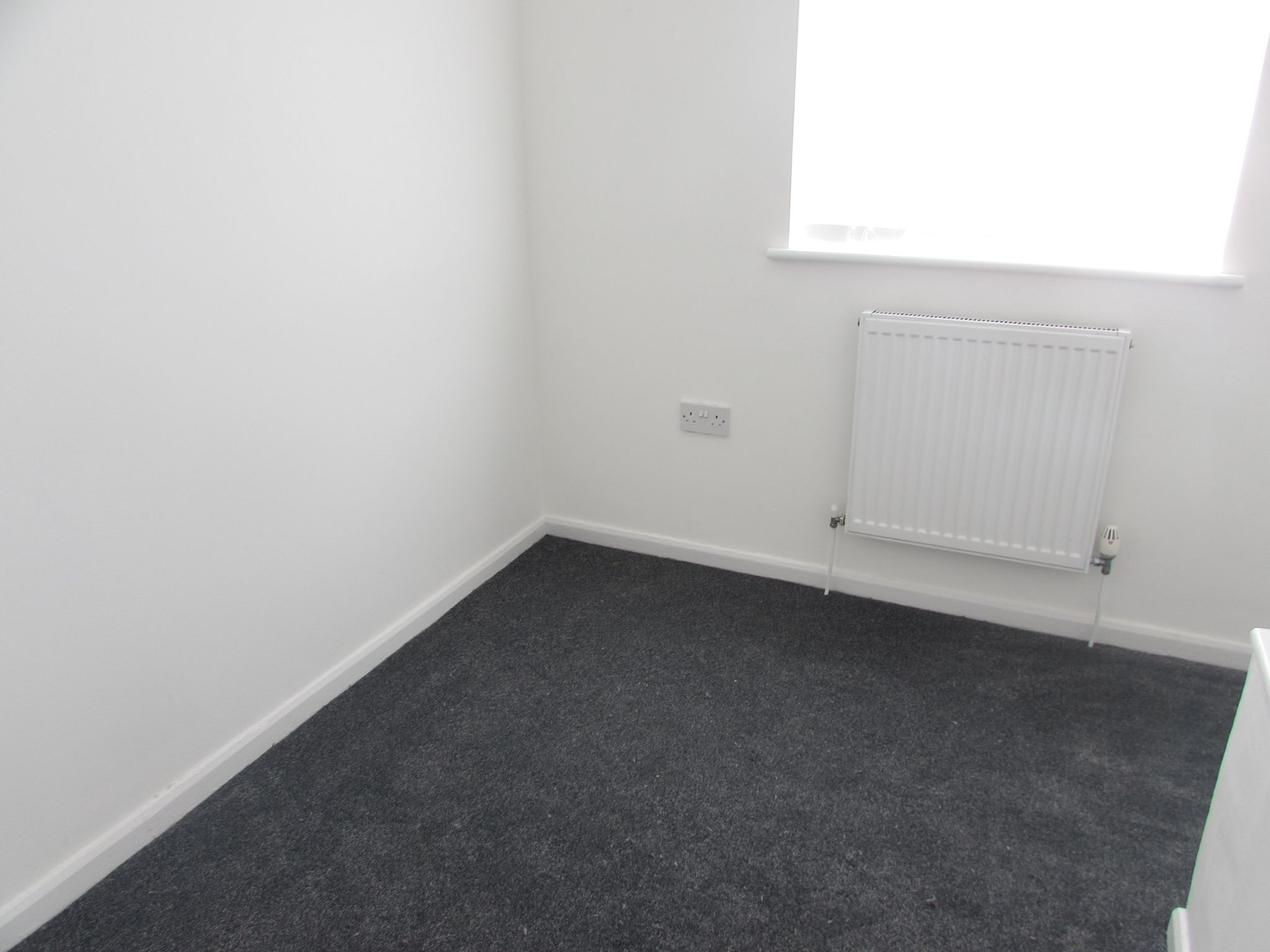 3 Bedroom Mid Terraced House To Rent - Photograph 7