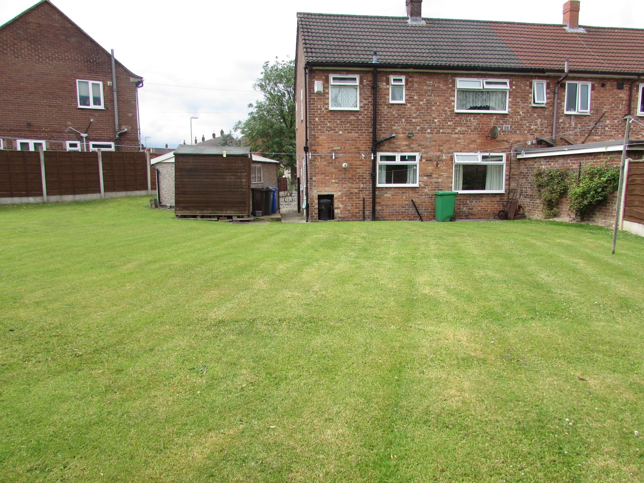 3 Bedroom End Terraced House For Sale - LARGE REAR GARDEN