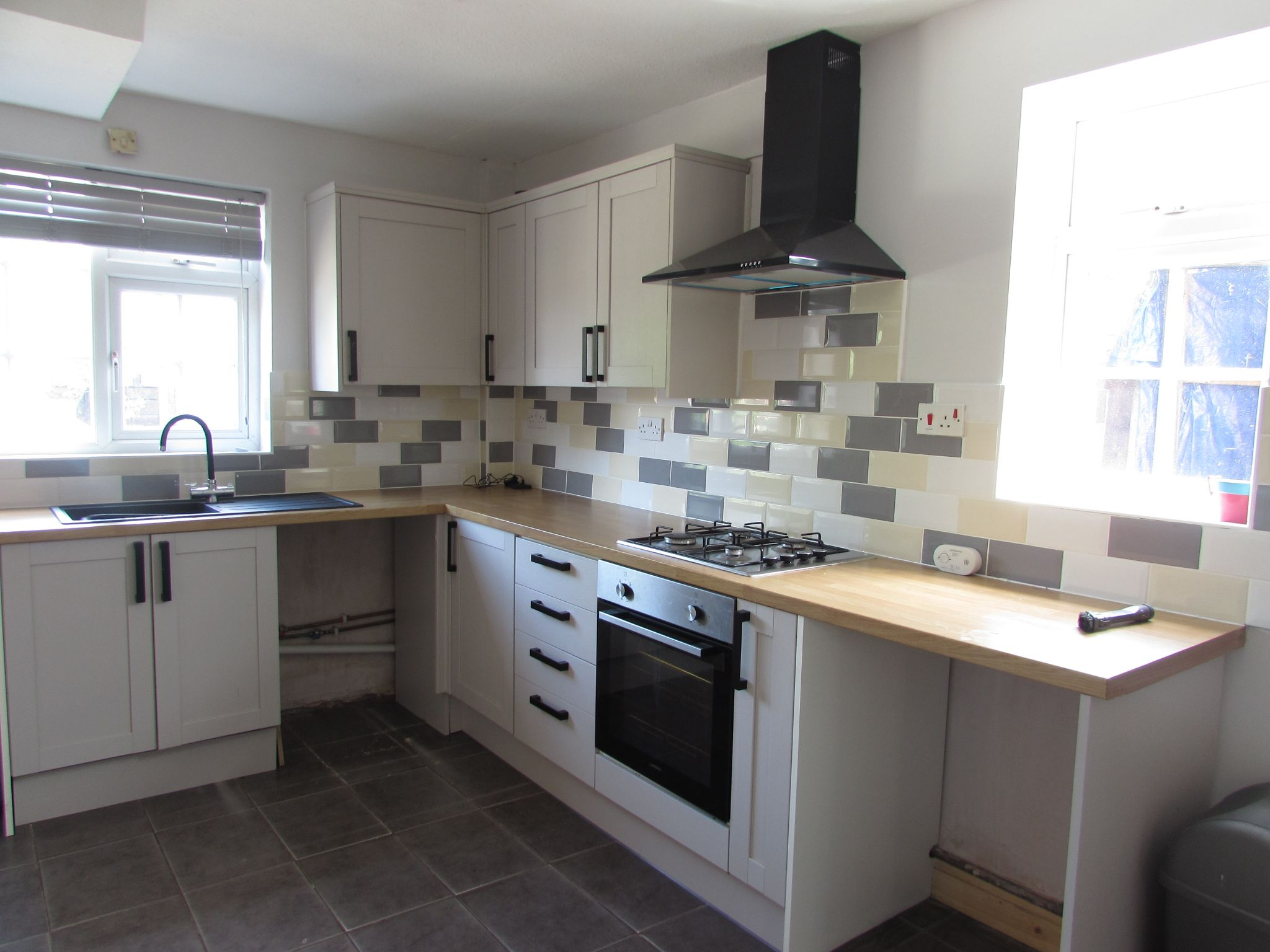 3 Bedroom Semi-detached House To Rent - Photograph 3