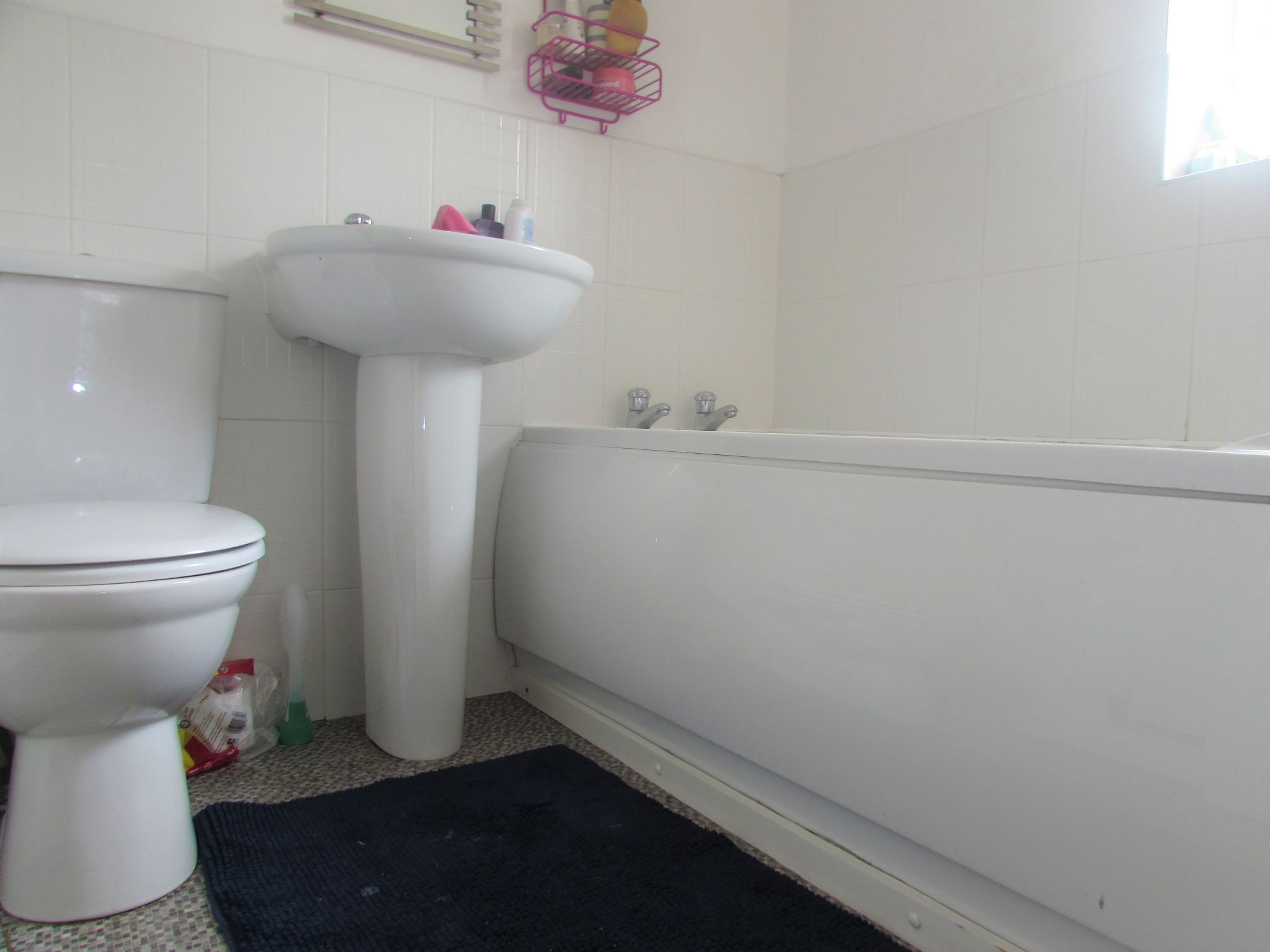 3 Bedroom Mews House To Rent - Family Bathroom