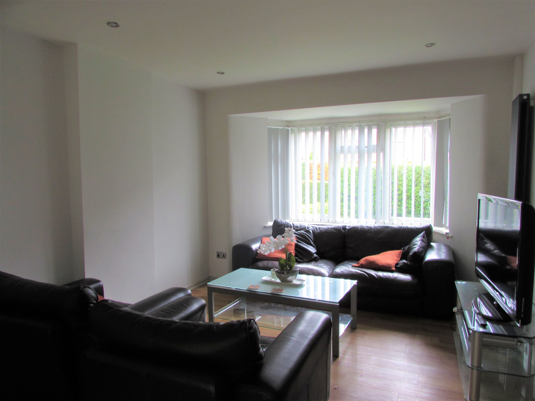 1 Bedroom Semi-detached House To Rent - Photograph 2