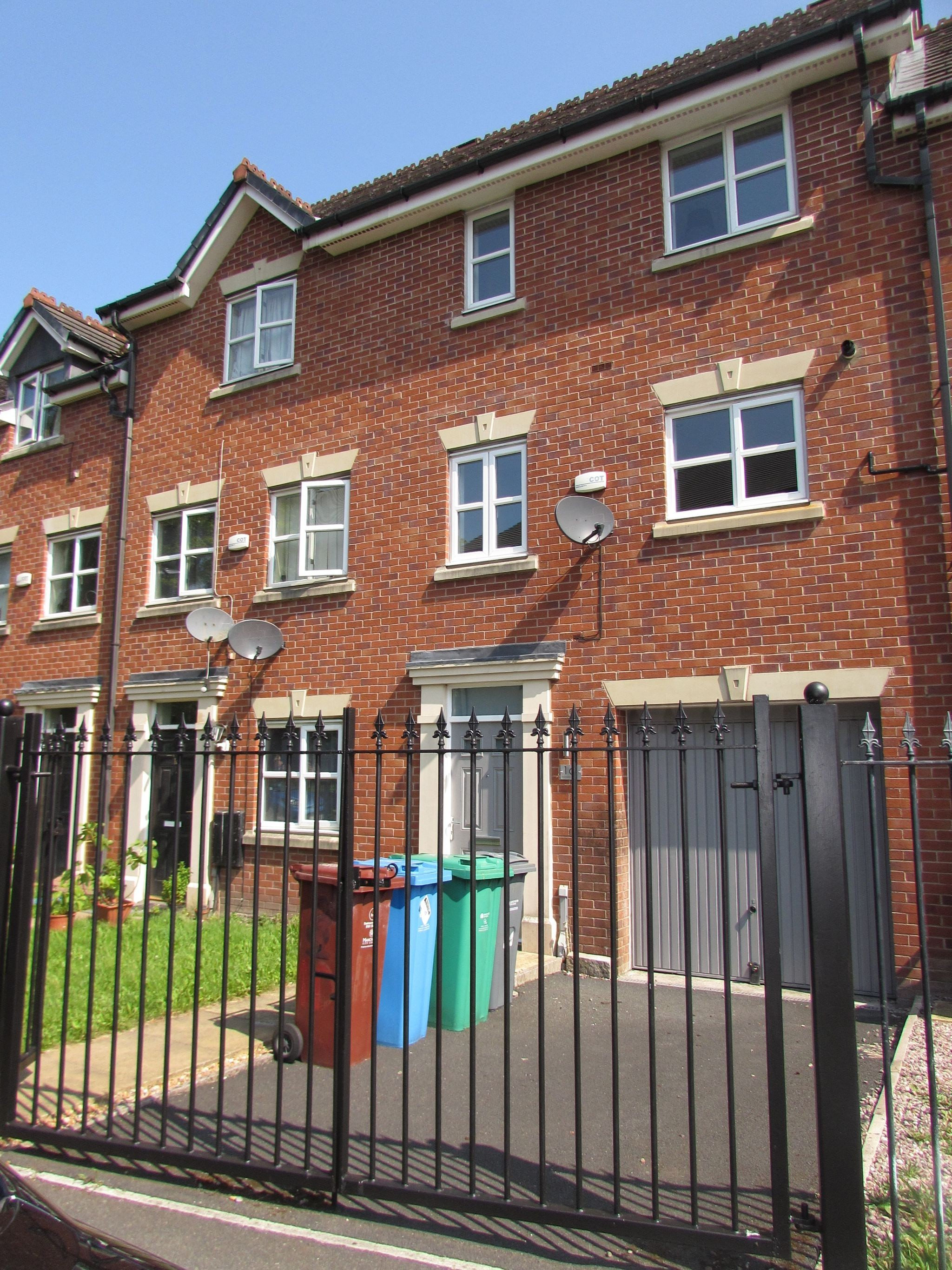 3 Bedroom Town House To Rent - Photograph 14